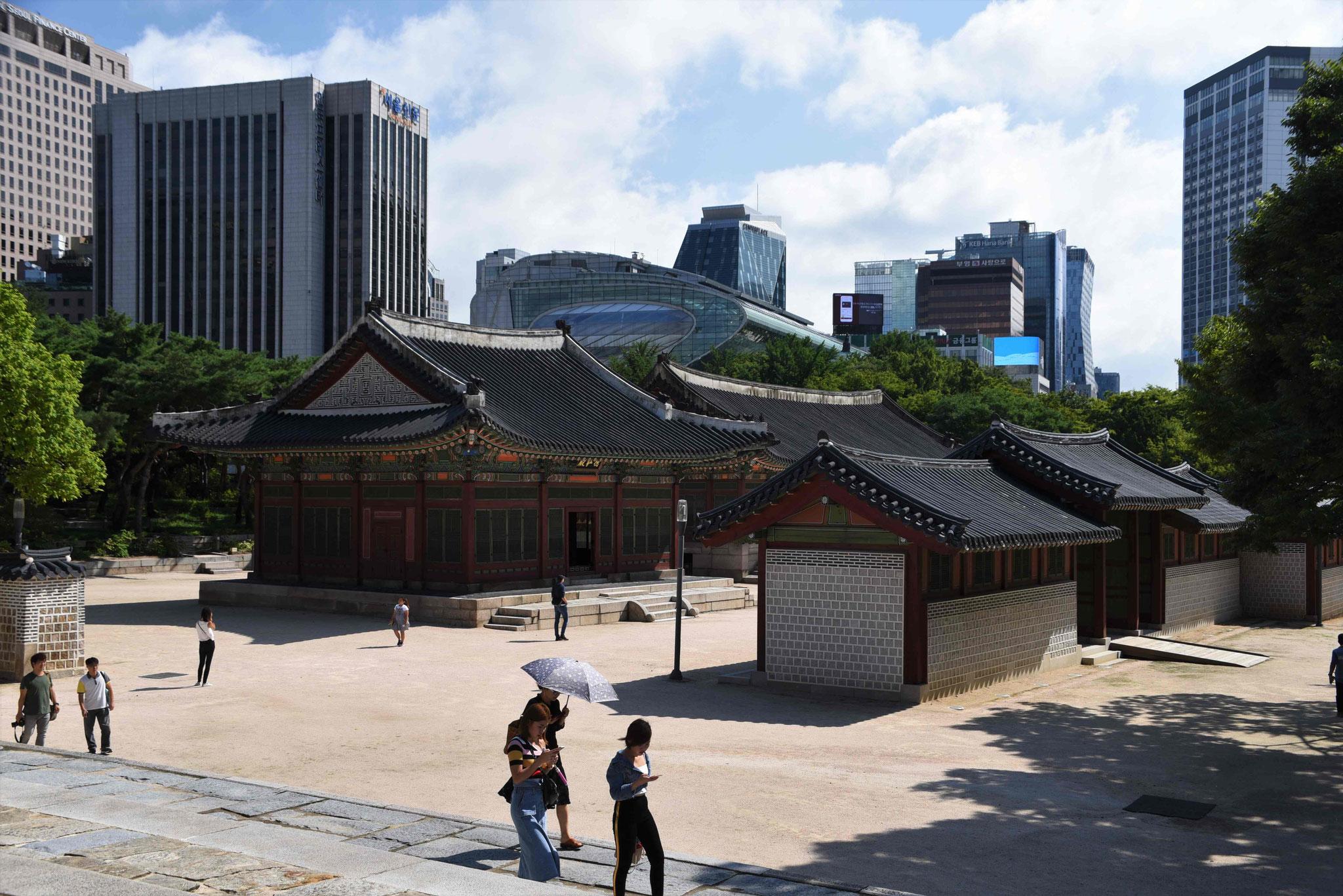 Blick von der Halle der Mittleren harmaonie zum Rathaus