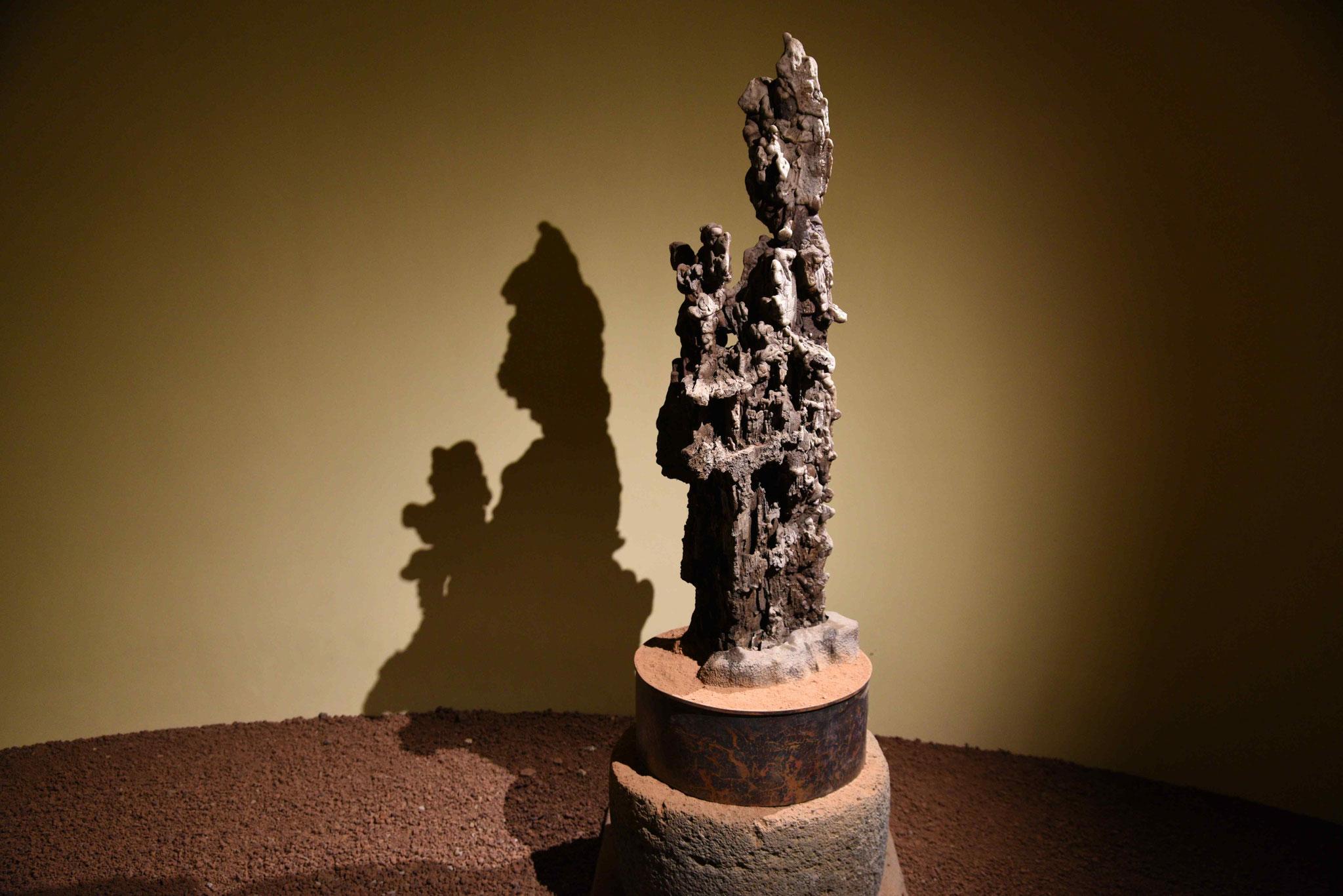 Steinfigur mit Schatten