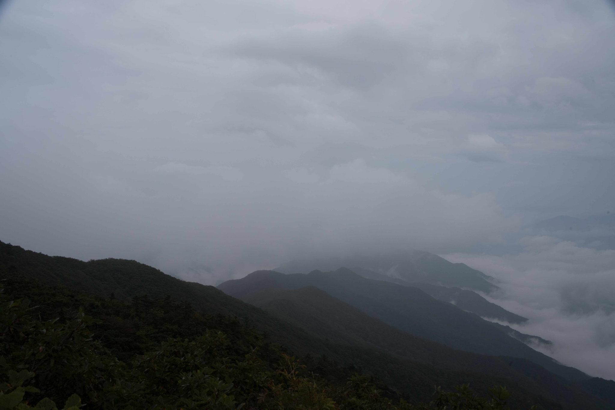 Leider in Regenwolken verhangen - Blick über den Jirisan-NP