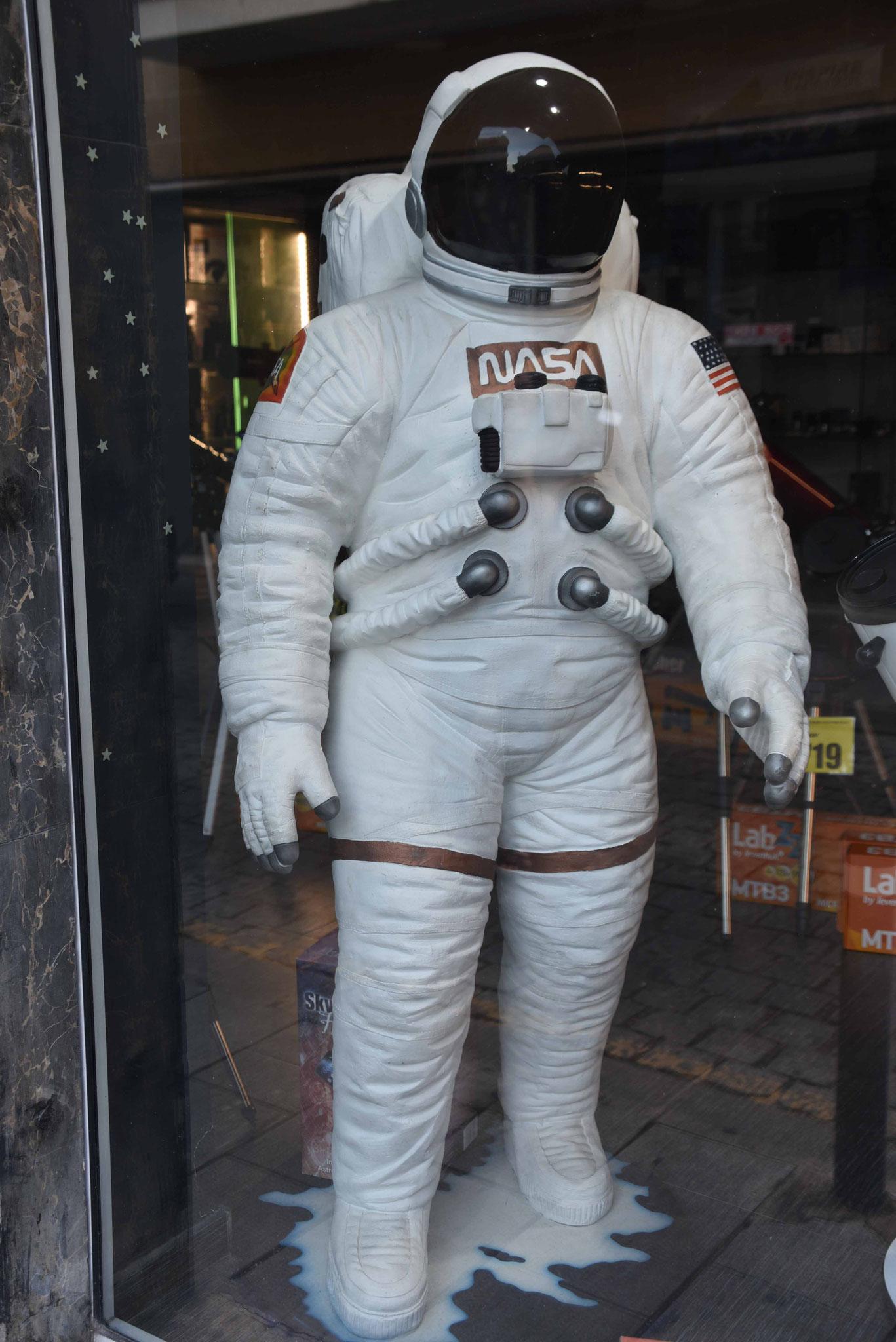 Raumfahranzüge kann man hier auch kaufen!