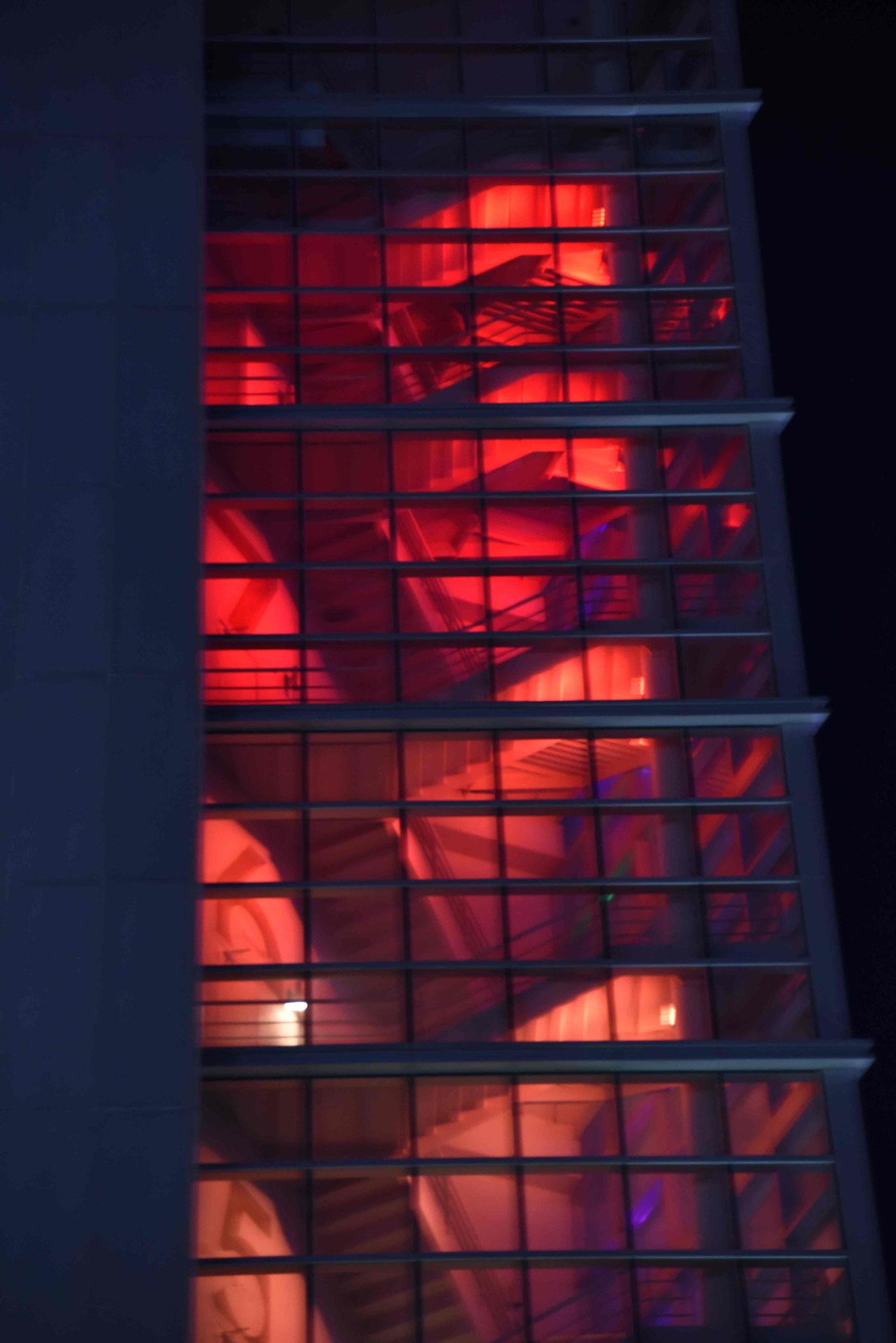Haus zunächst rot beleuchtet...