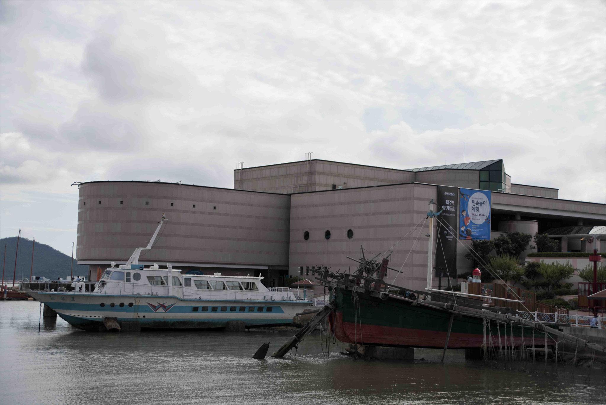Im Hintergrund das Museum