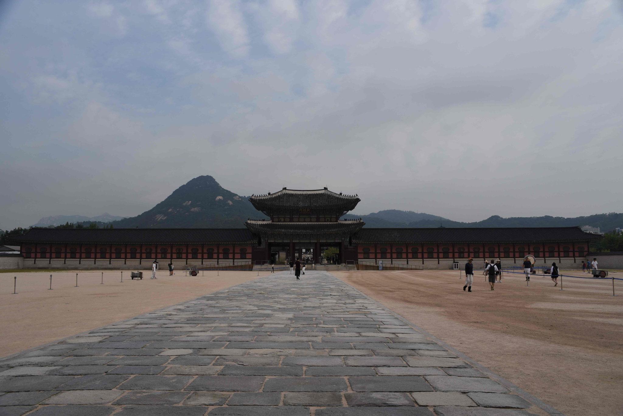 Der riesige Platz des ersten Innenhofs