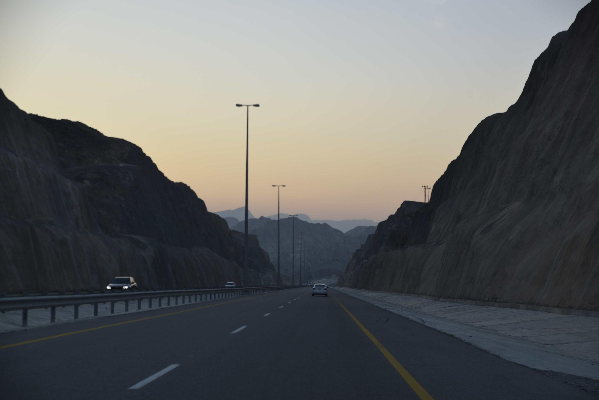 Autobahn wurde durch die Felsen gebaut.