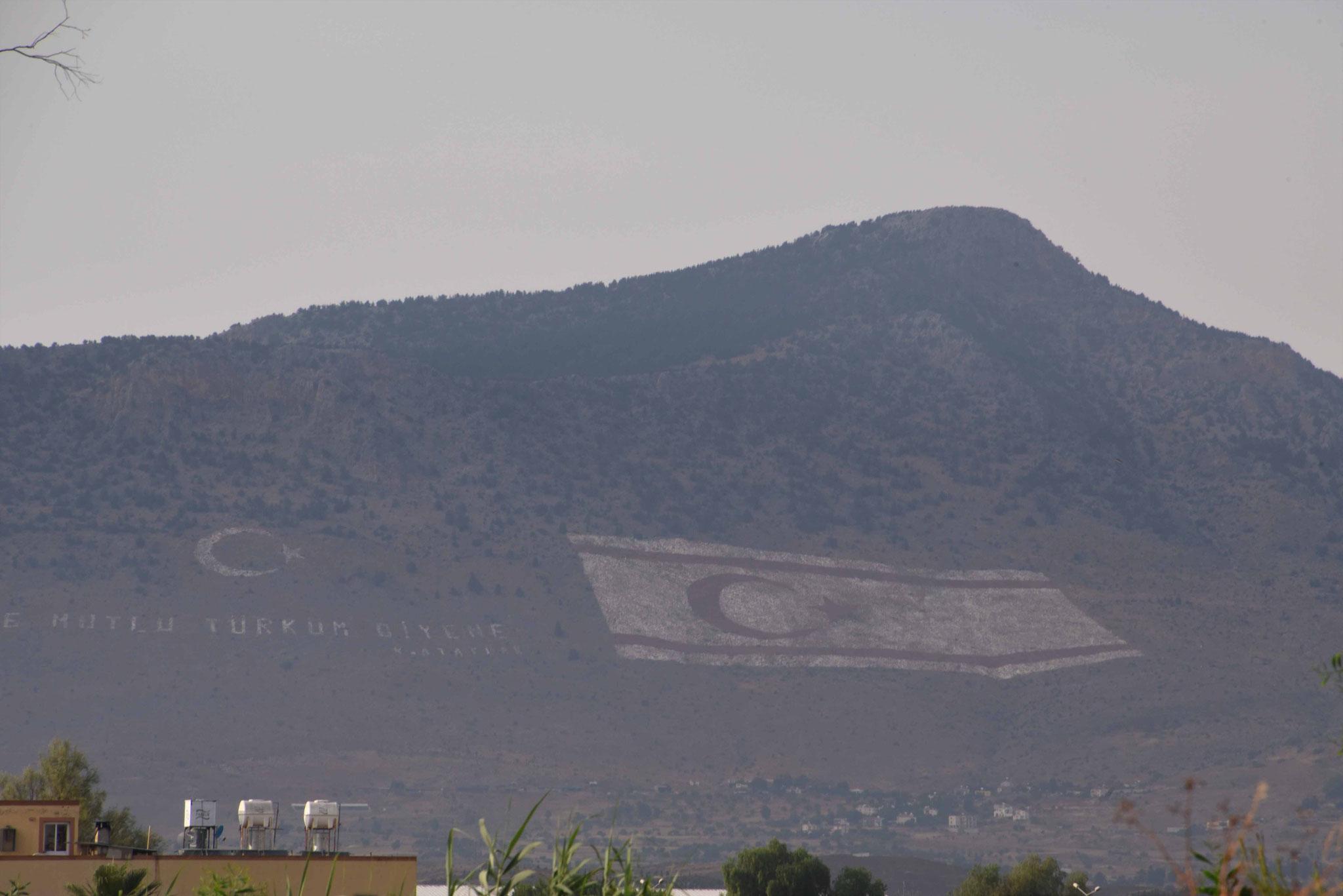Am Berg eingebrachte Flaggen - ohne Worte