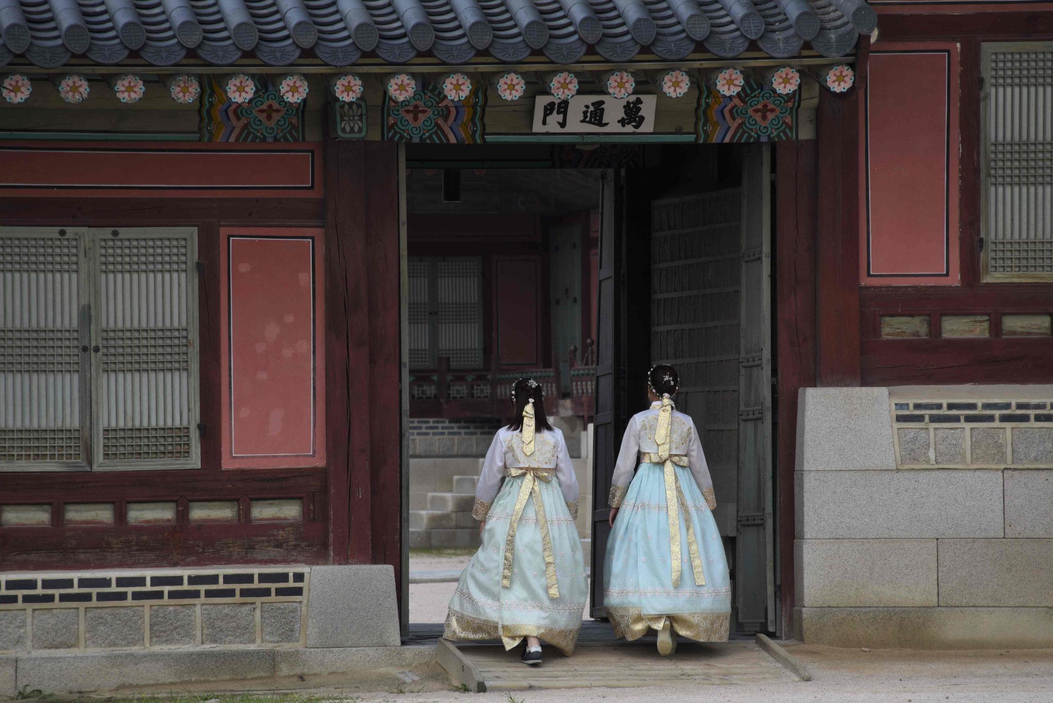 Erste Hanbok-Trägerinnen