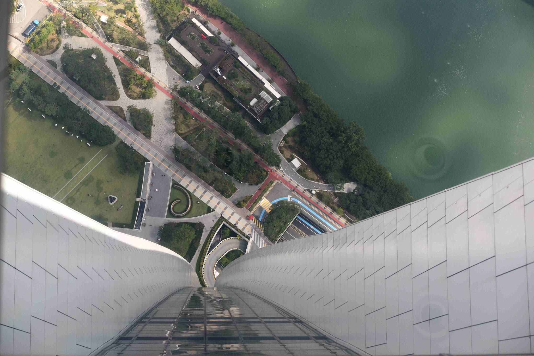 Blick fast 500m durch den Glasboden nach unten