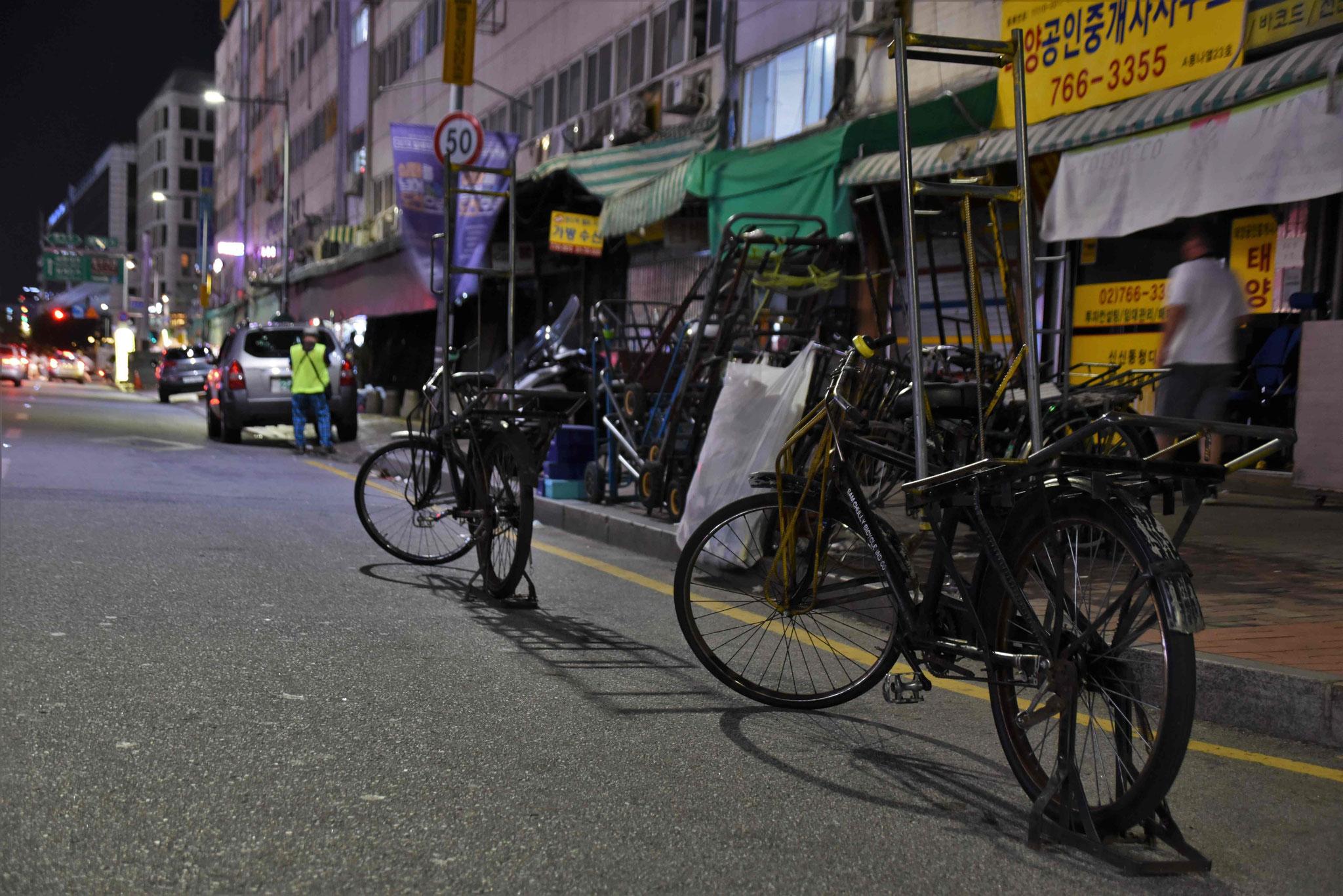 Fahrräder als Platzhalter für Zuliefer-LKW