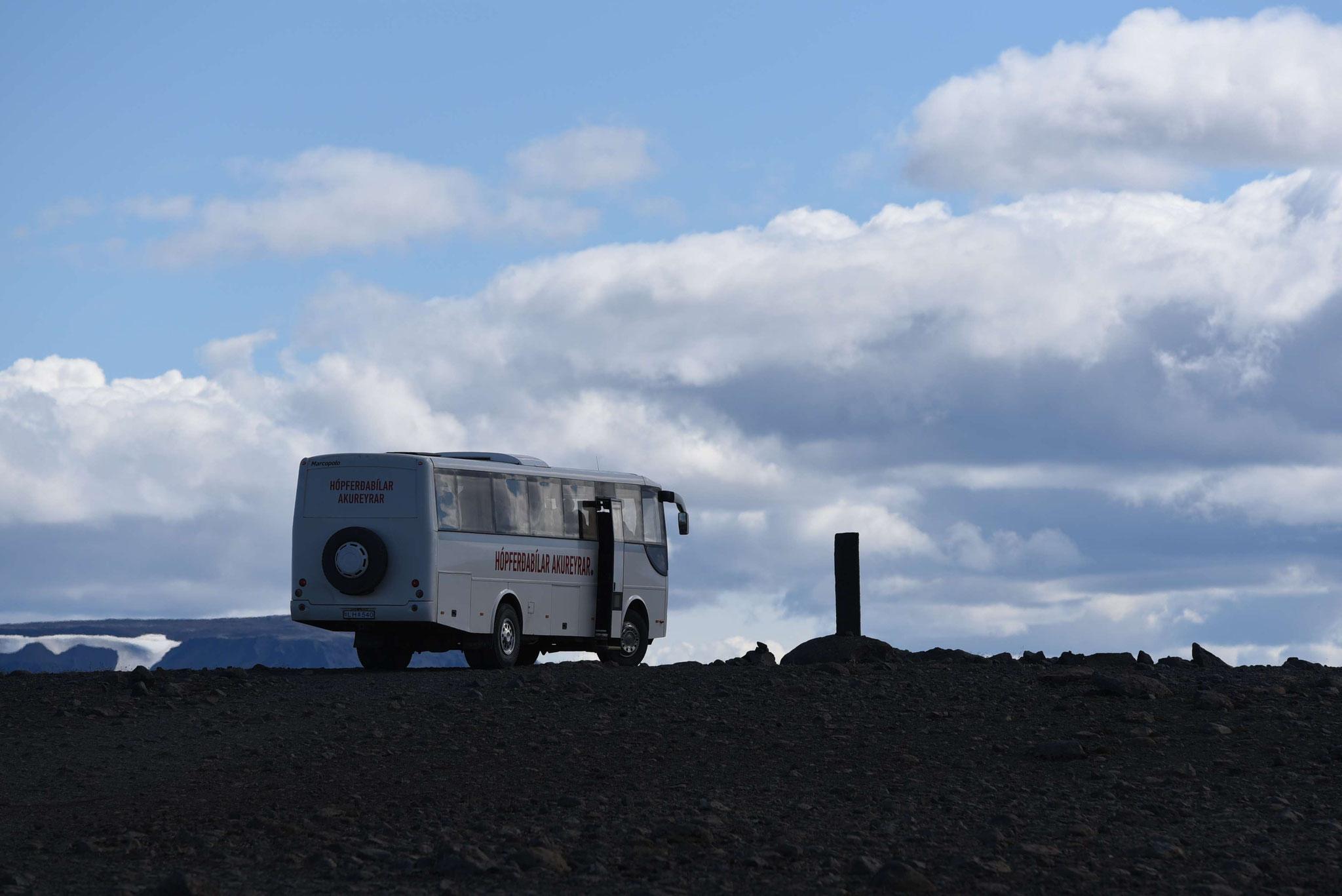 Stopp eines Buses in idyllischer Landschaft