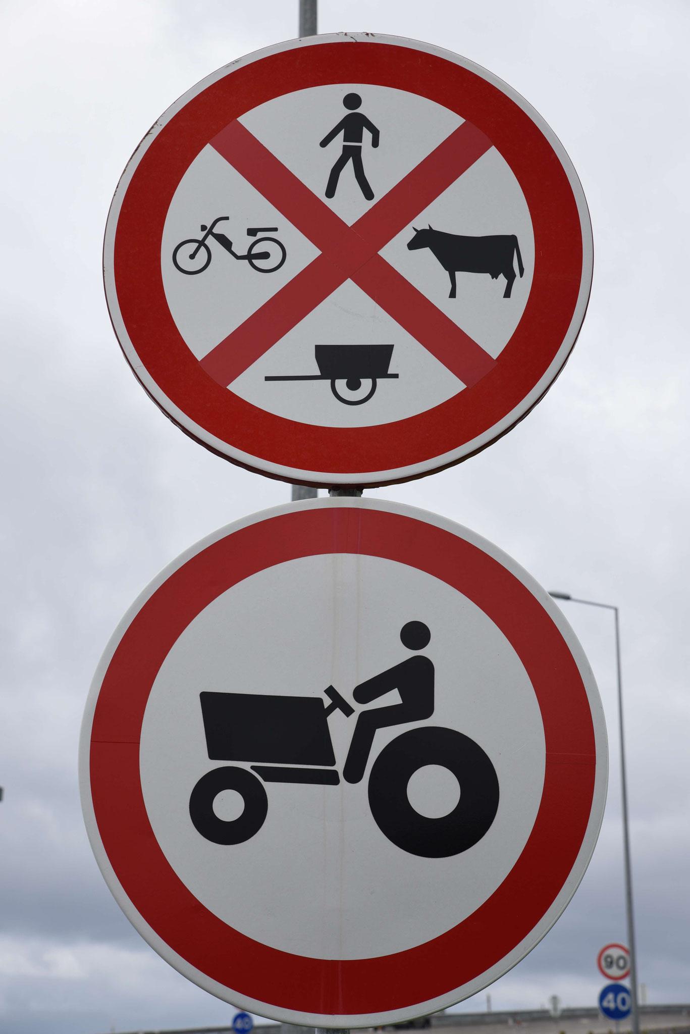 Hinweisschild vor einer autobahnähnlichen Straße