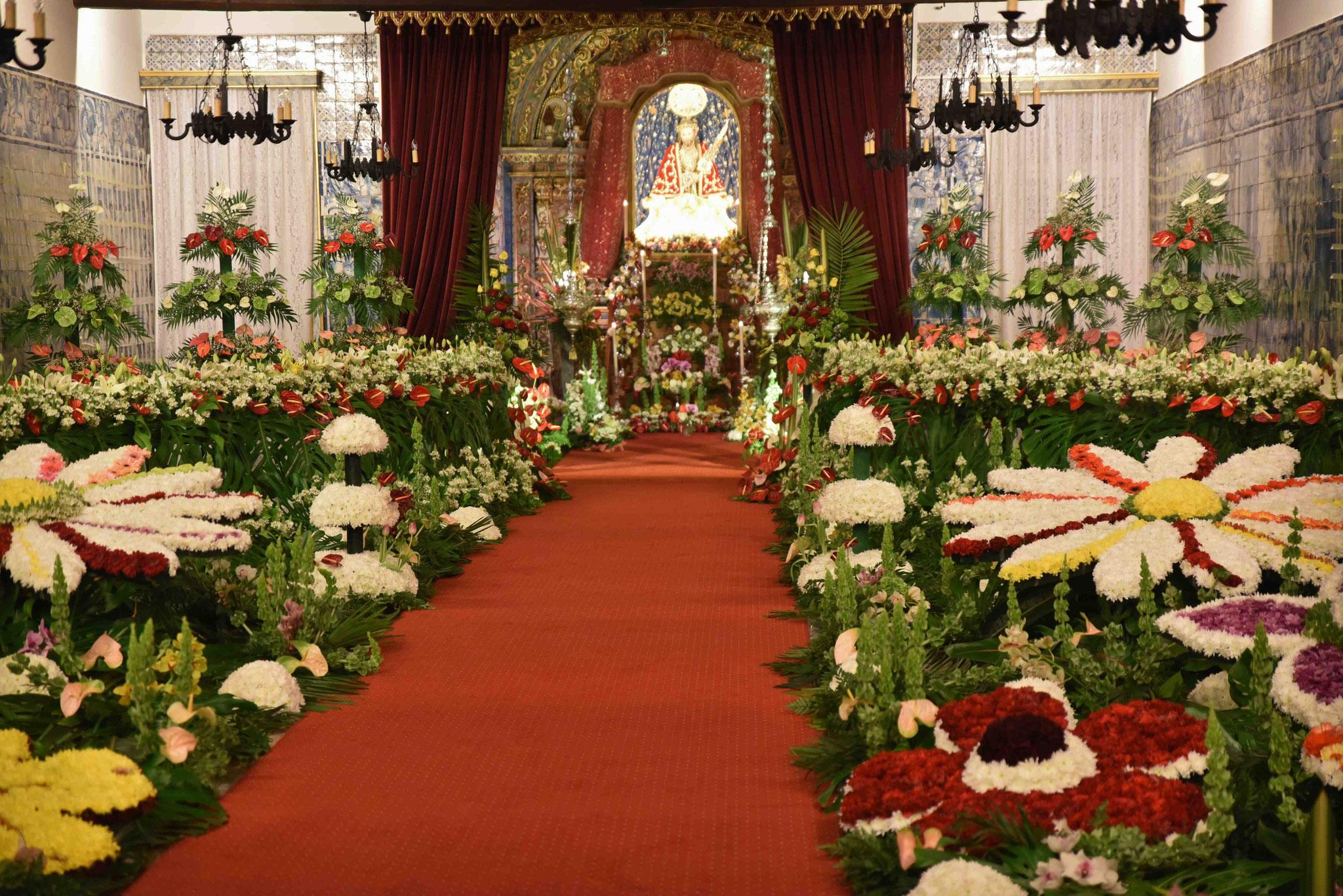 Blumenschmuck in der Kirche Igreja Mastriz de Sao Sebastiao