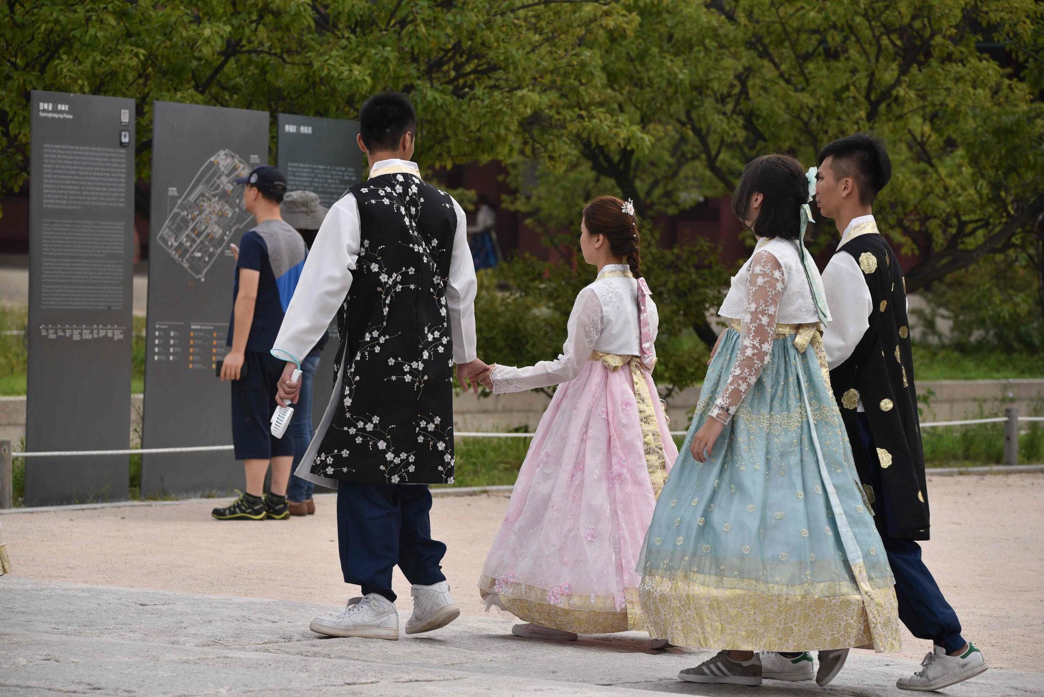 Junge Paare pflegen die Tradition voller Stolz