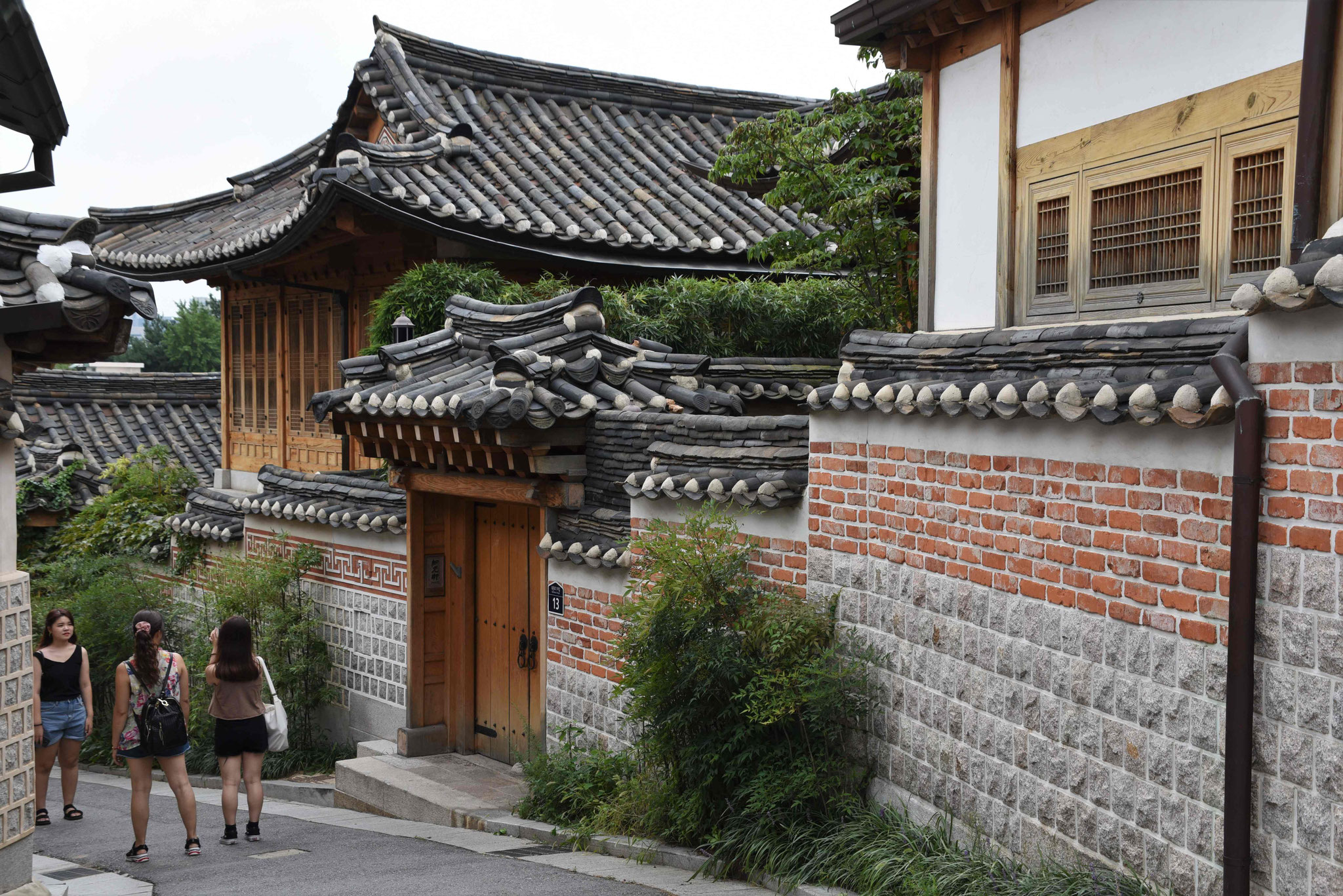 Die Mauern schützen die Anwesen heutzutage vor neugierigen Touristen