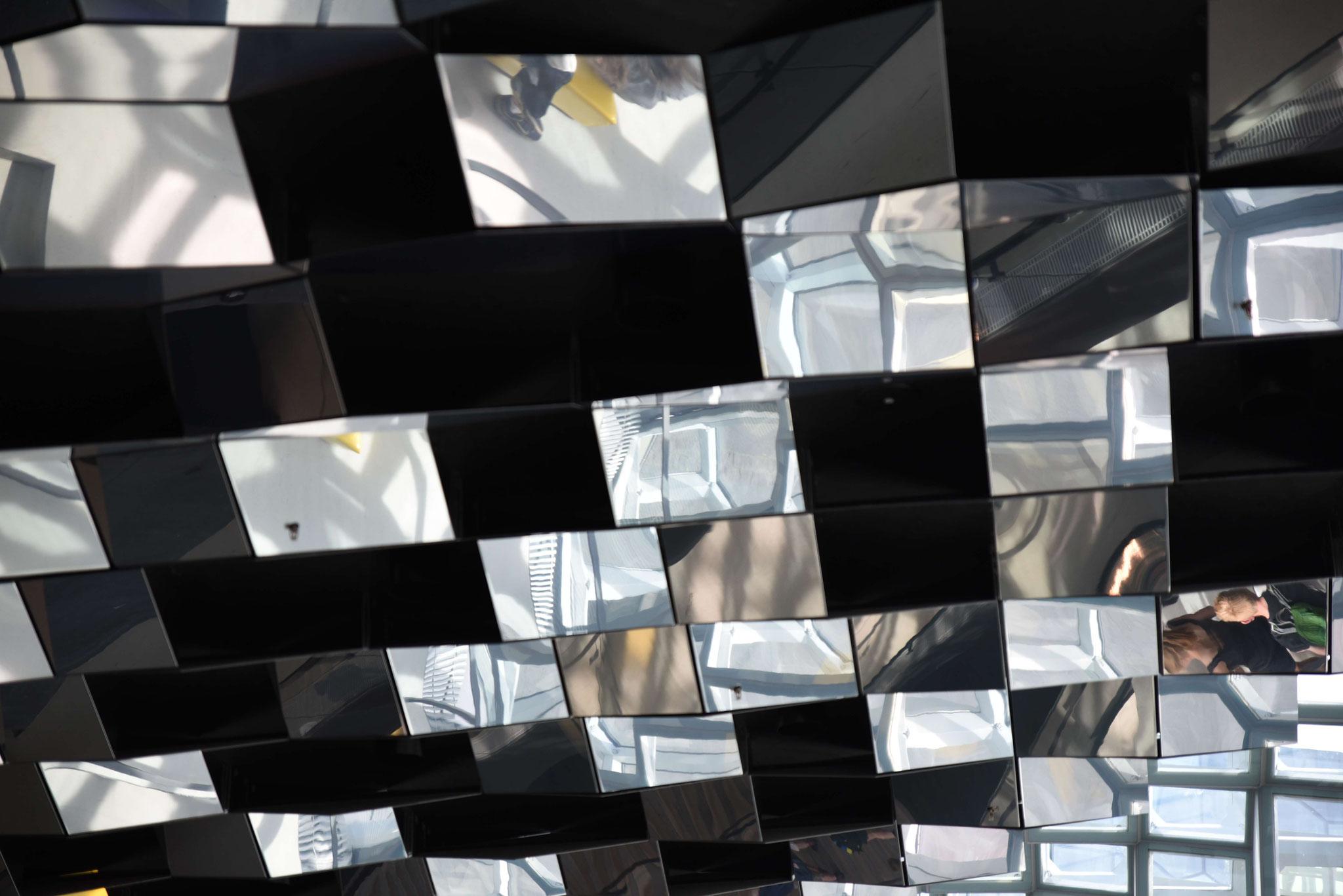 Soiegelung an der Decke - man sieht über mehrere Etagen verschiedene Ereignisse gleichzeitig