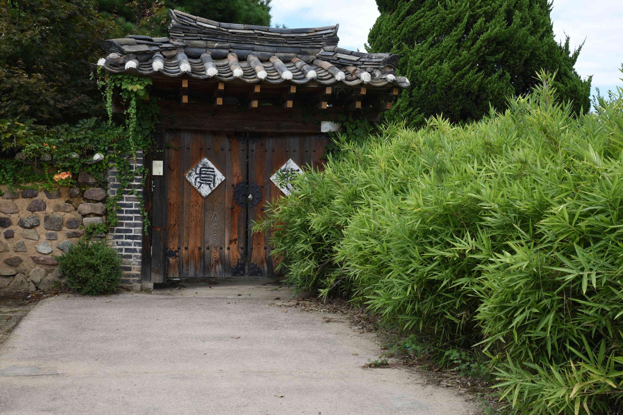Eingang in ein altes Haus - mit schönem Holztor