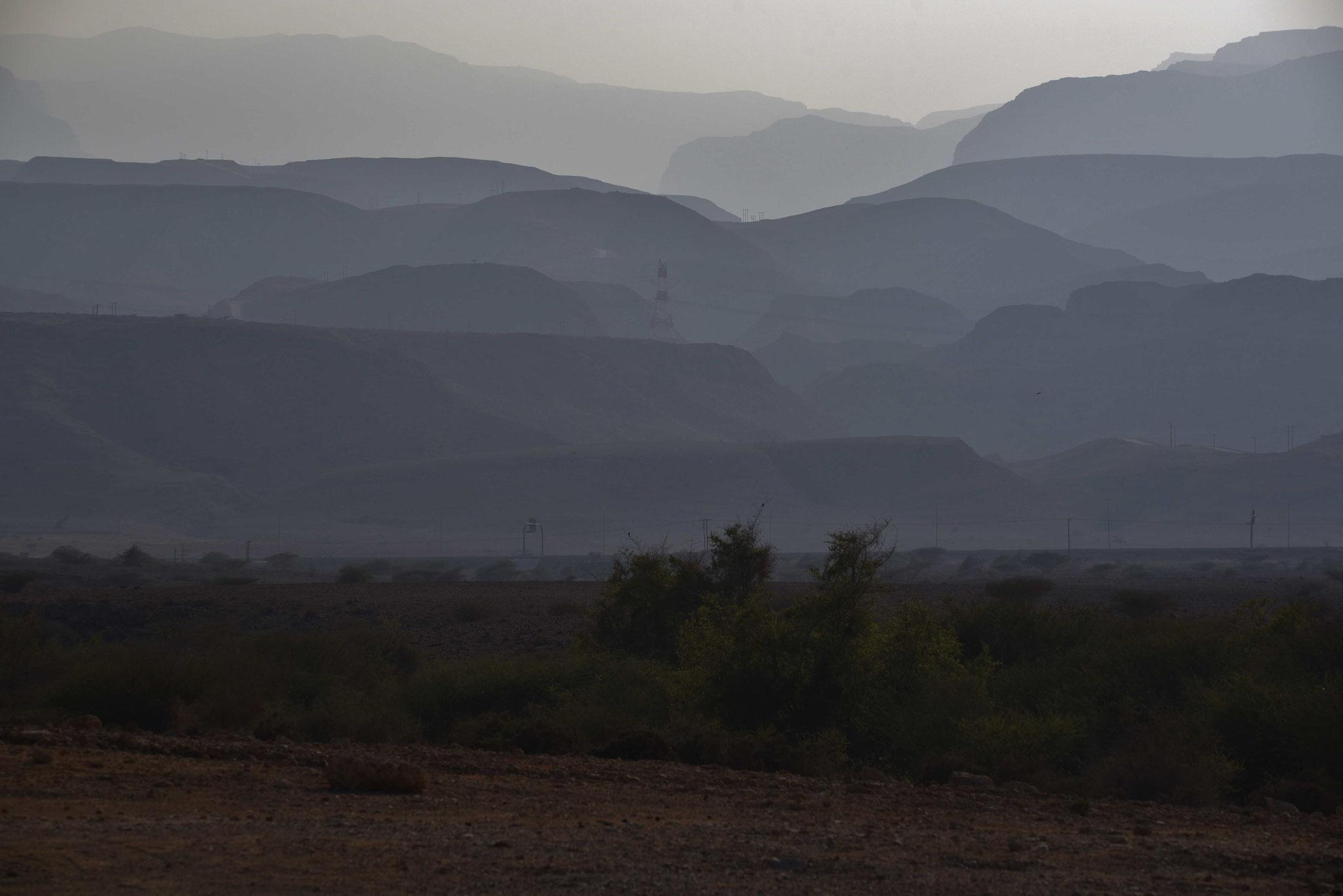 Schöner Blick auf das Hajar-Gebirge von der Küste aus