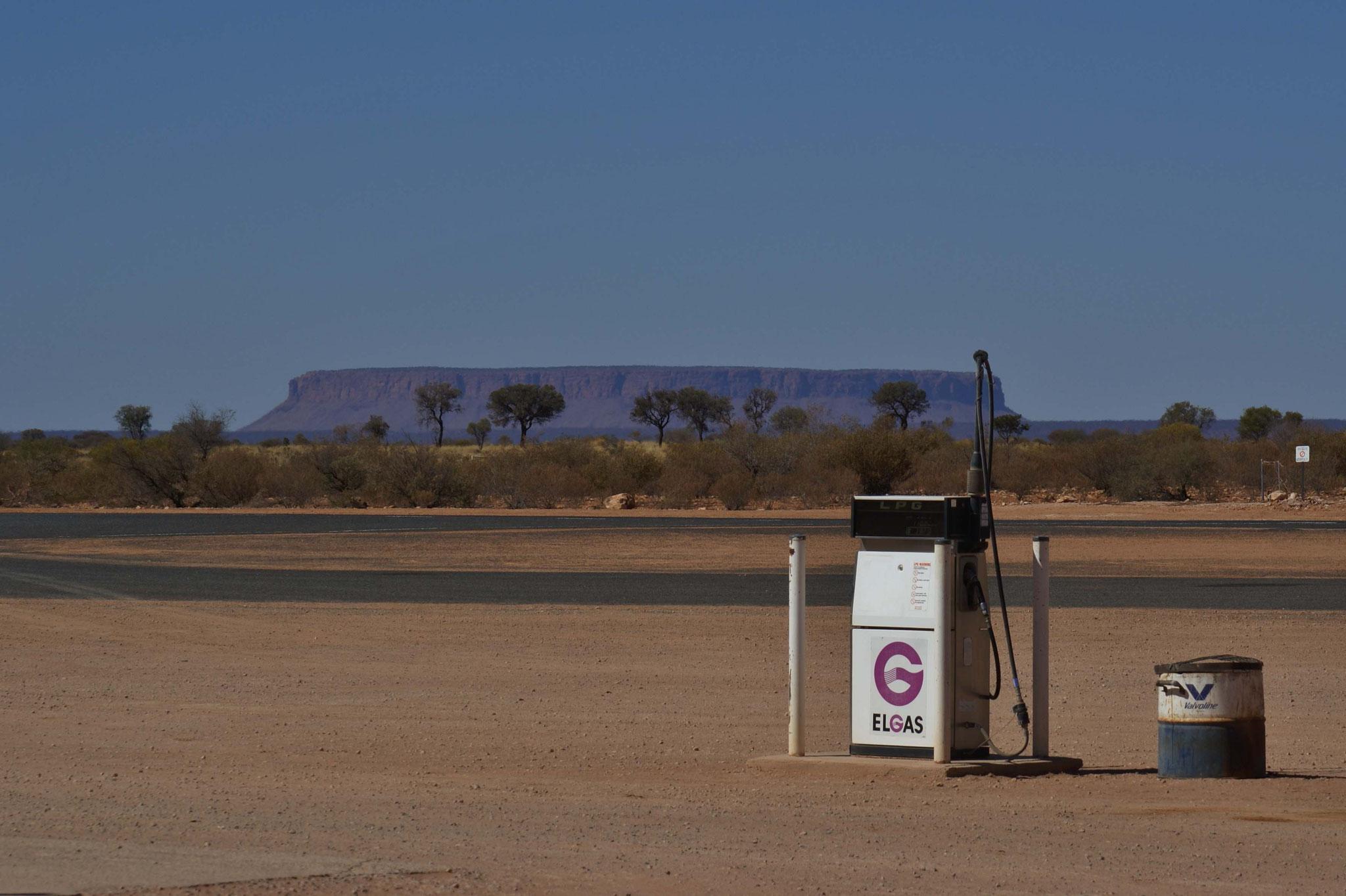 Tankstelle mit Blick auf den Mount Connor (im Herzen des roten Zentrums), Northern Territory