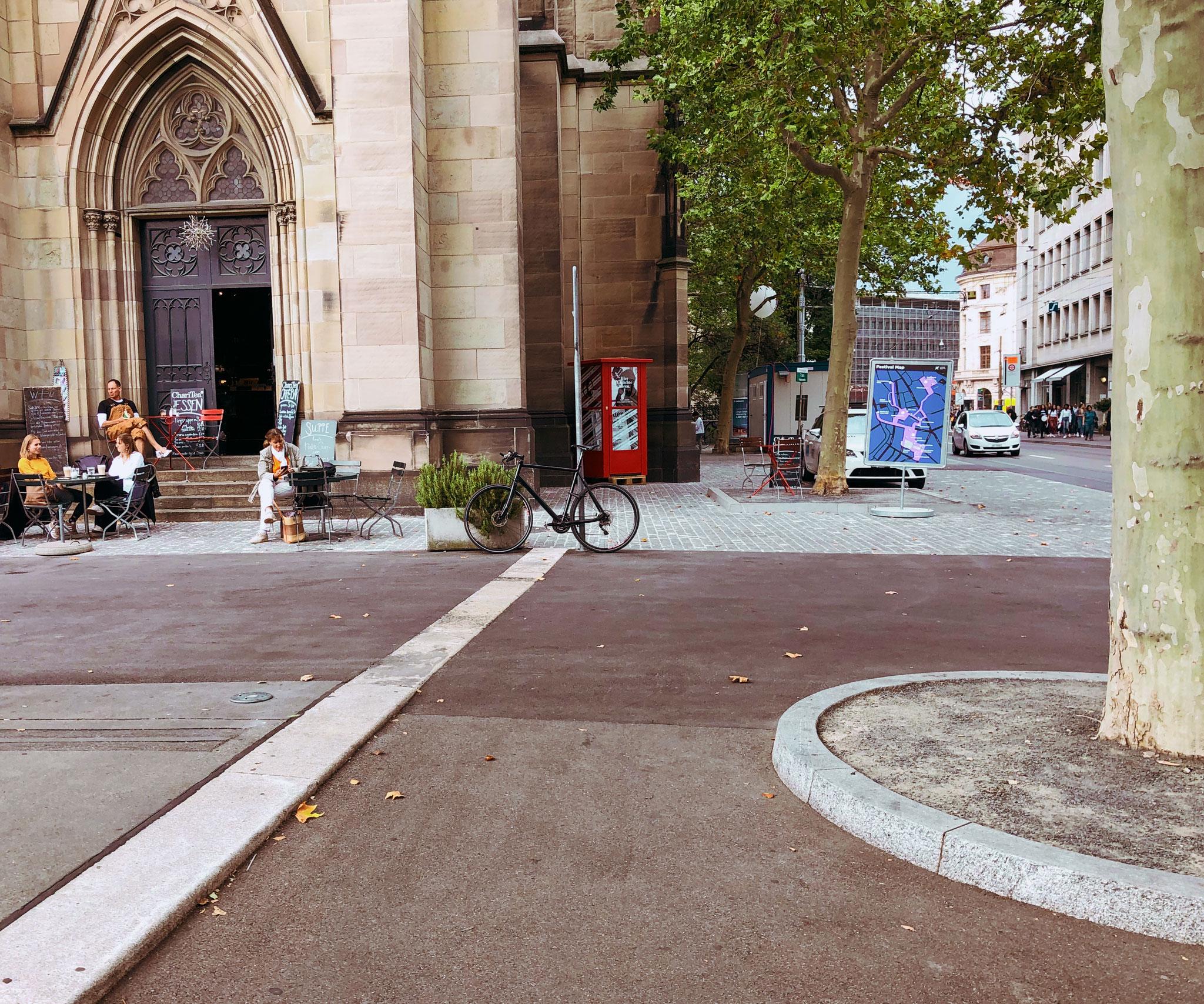 Die Poesietelefonkabine darf während der ersten Laufzeit der Poesie-Hotline (9 Tage) bei der Elisabethenkirche stehenbleiben.