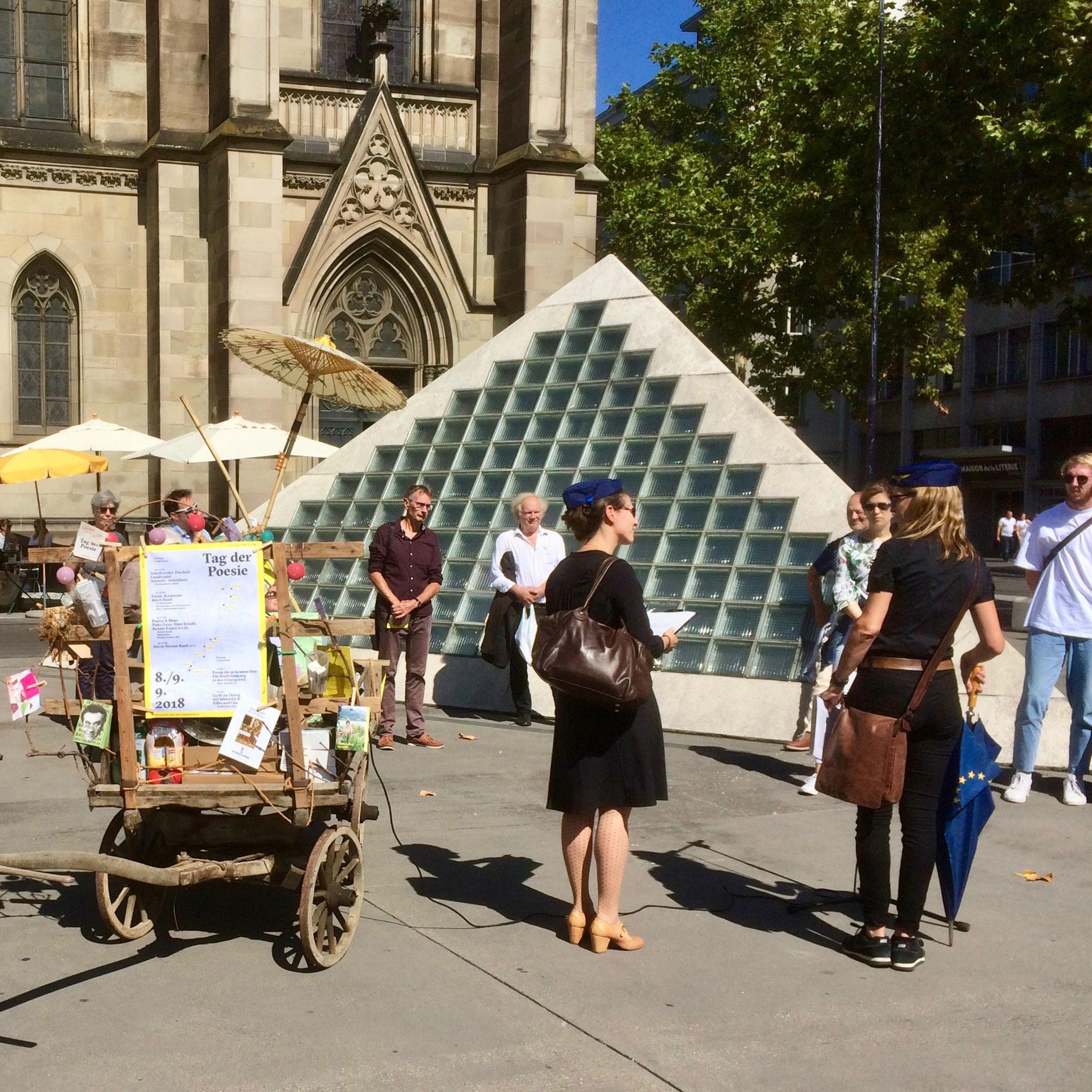 Die Führung durch die Stadt und die Moderation übernehmen die Historikerinnen und Kulturwissenschaftlerinnen Isabel Koellreuter und Franziska Schürch.