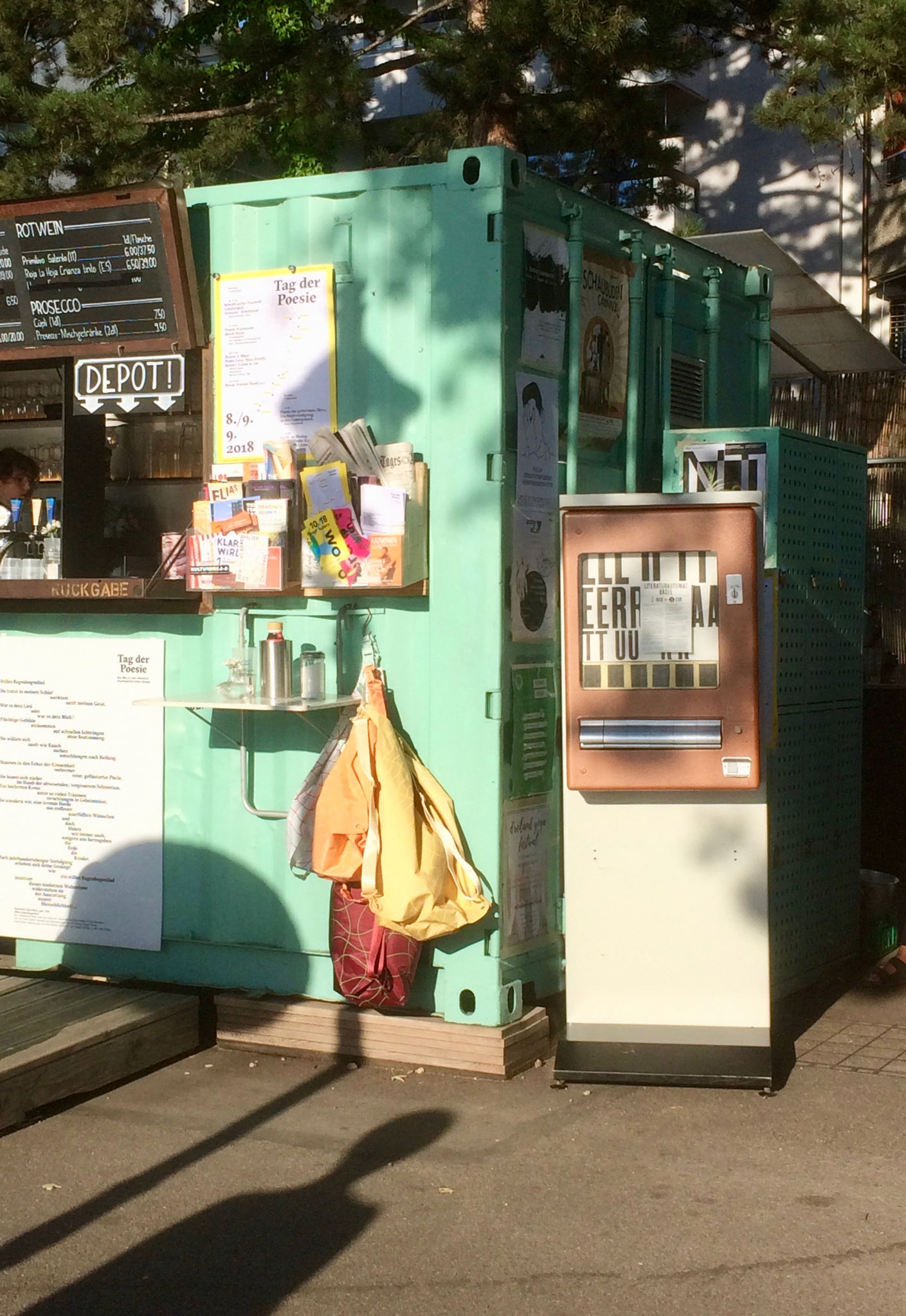 Für das Tag der Poesie Wochenende wurde ein Literaturautomat bei der Oetlinger-Buvette platziert
