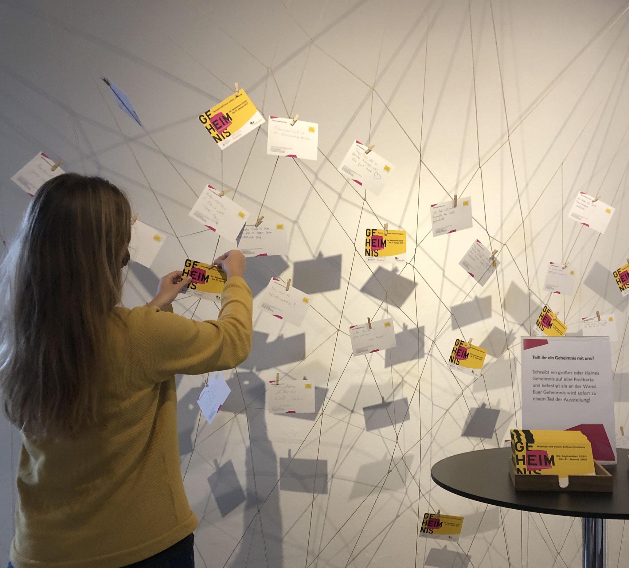 Inszenierung mit Geheimnis-Postkarten in der Ausstellung © Schloss Homburg