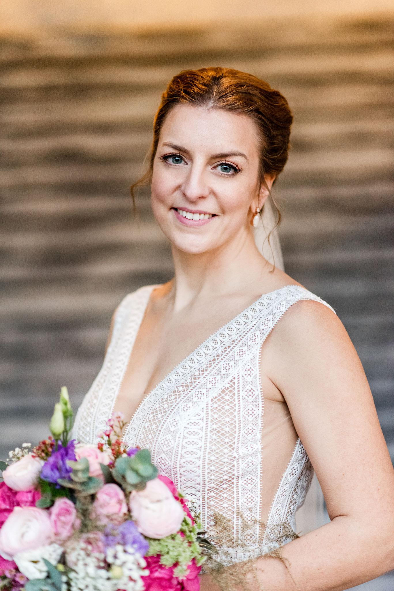Real Bride mit Blumenstrauß Make-up und Haarstyling Foto by Jamie Allen Photography