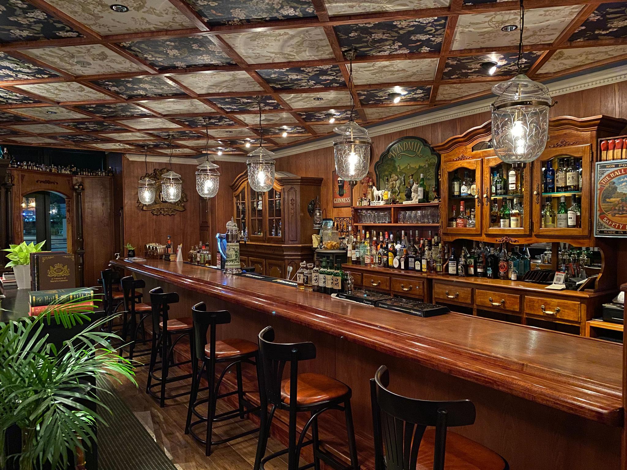 バックカウンターには珍しいウイスキーが並ぶ。
