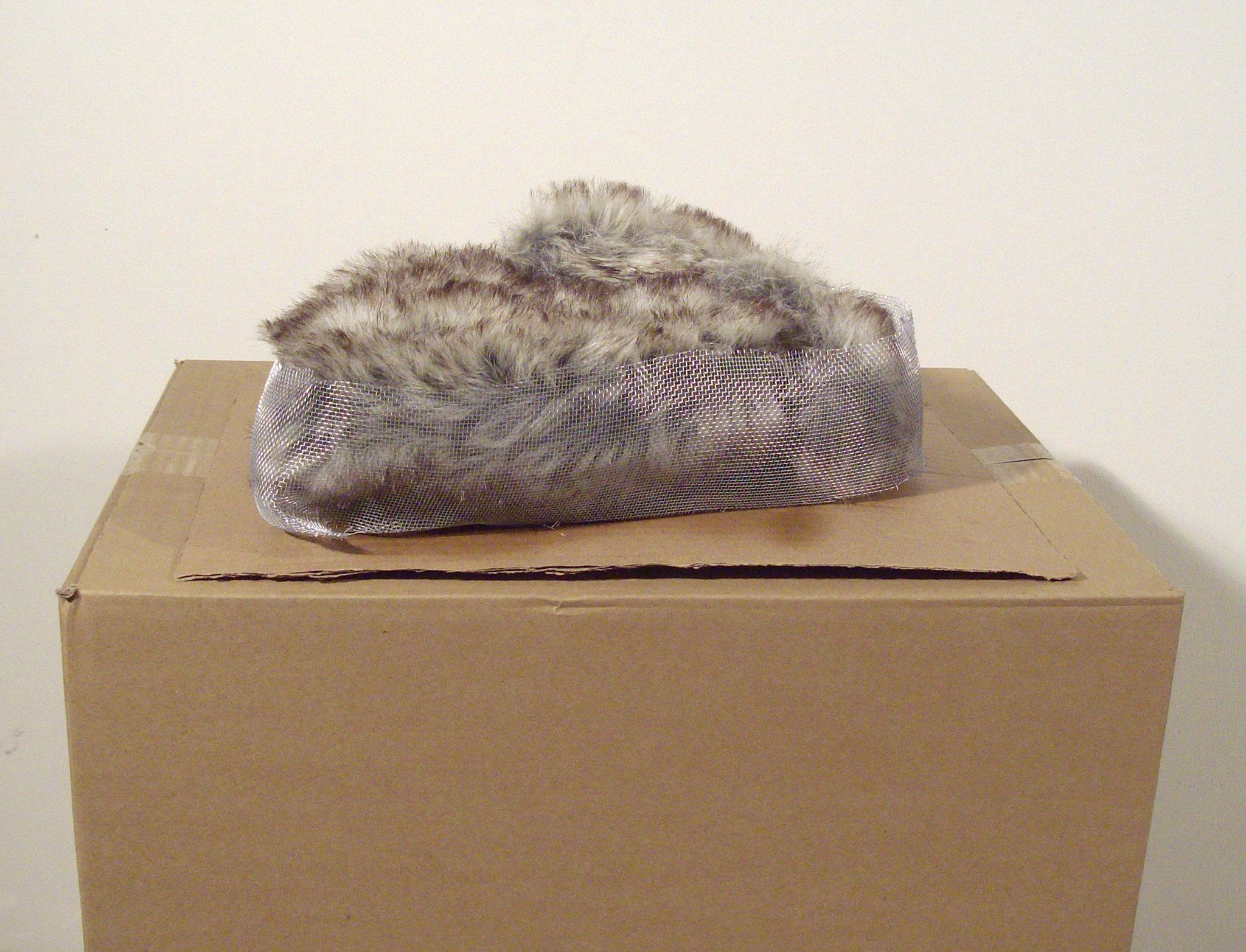Ohne Titel / Kunstfell, Maschendraht auf Karton / 13 cm x 32,5 cm x 25,5 cm / 2010 / MWV S001