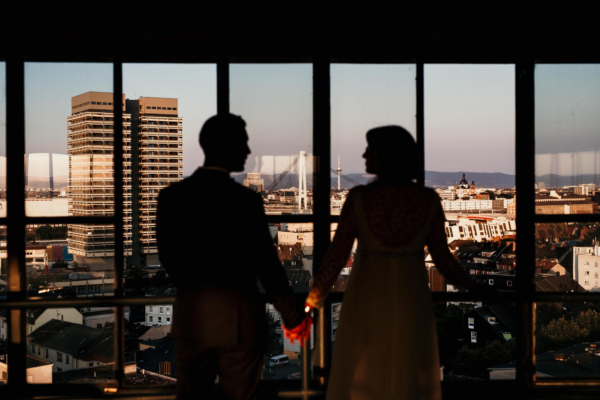 Hochzeitsportrait bei Sonnenuntergang mit Blick auf Mannheim