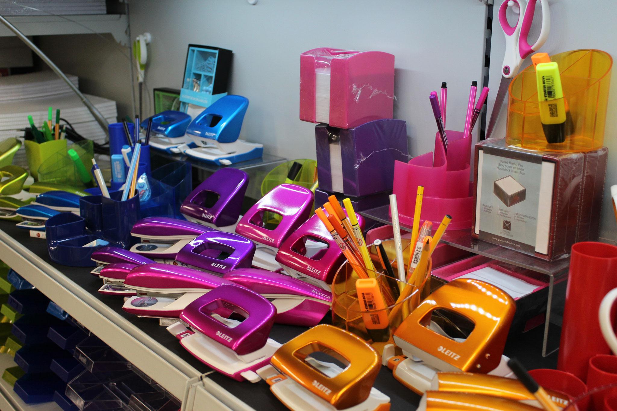Locher, Heftapparate, Notizblock-Halter, Schere in trendigen Farben
