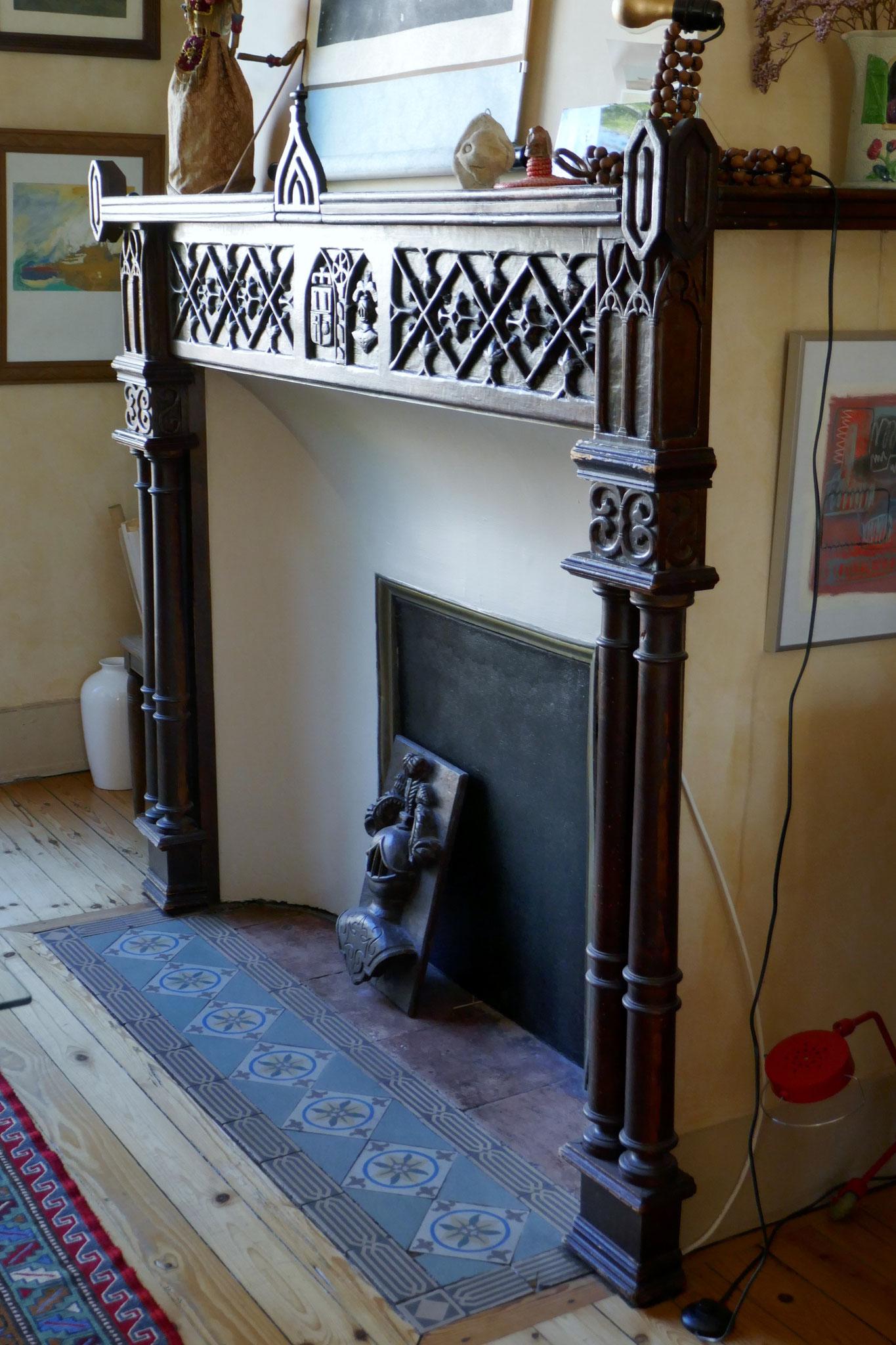 1915 environ. Le heaume posé sur le carrelage ornait à l'origine la hotte dont le lambris croisillonné a paru trop chargé pour subsister.