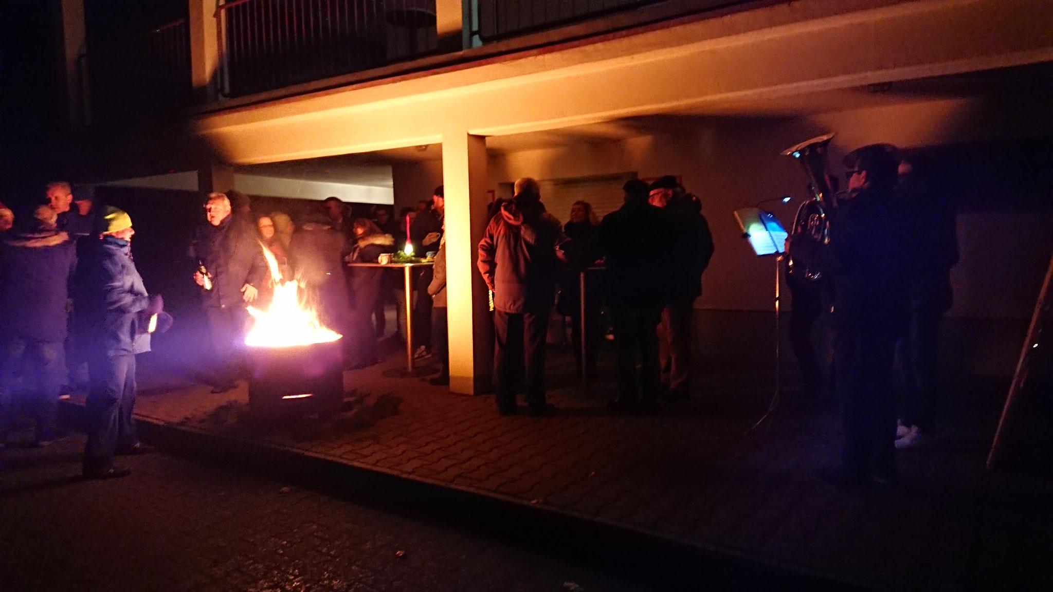 Warm Up am Feuerkorb vor dem Sportheim