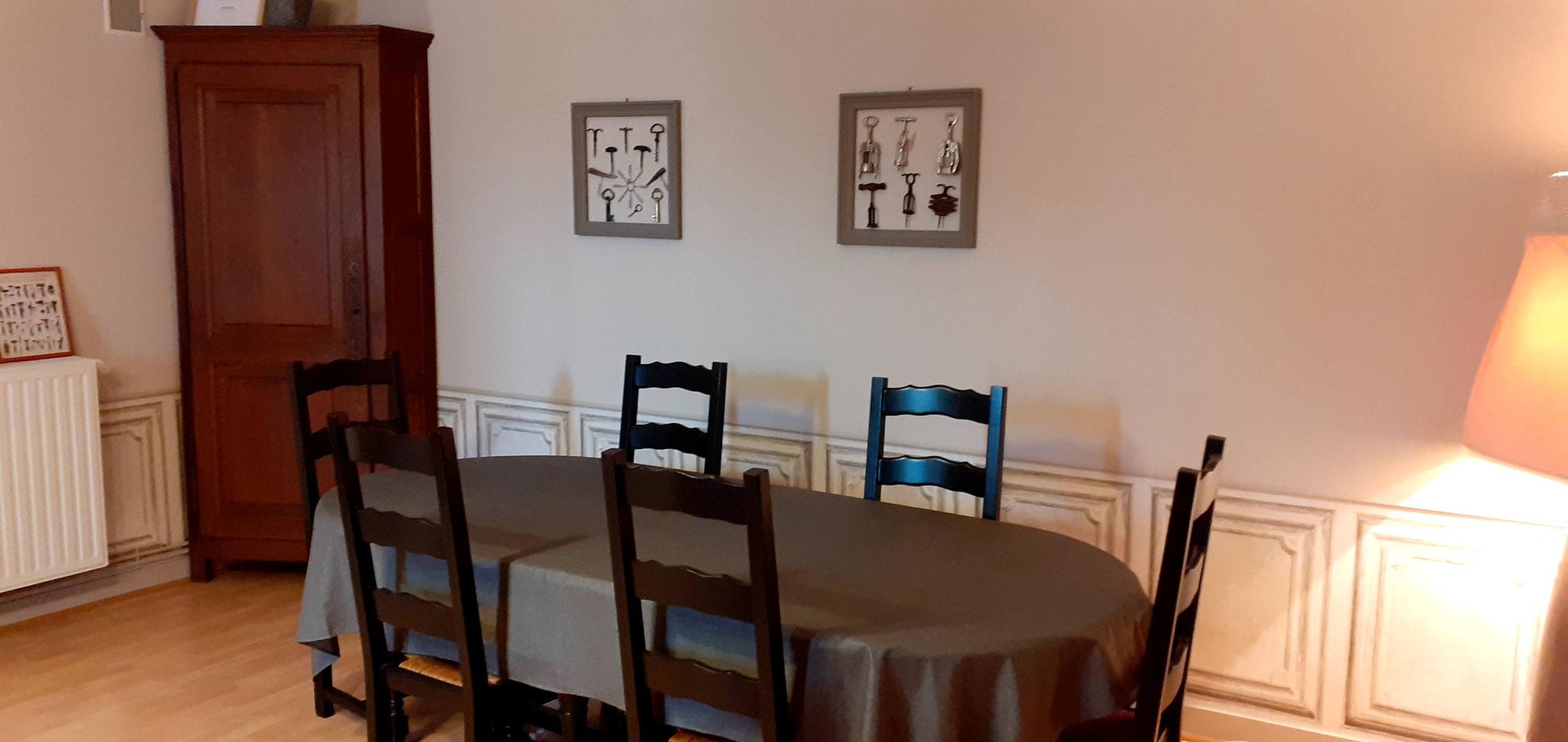 salle de séjour des hôtes la groie l'abbé coin repas
