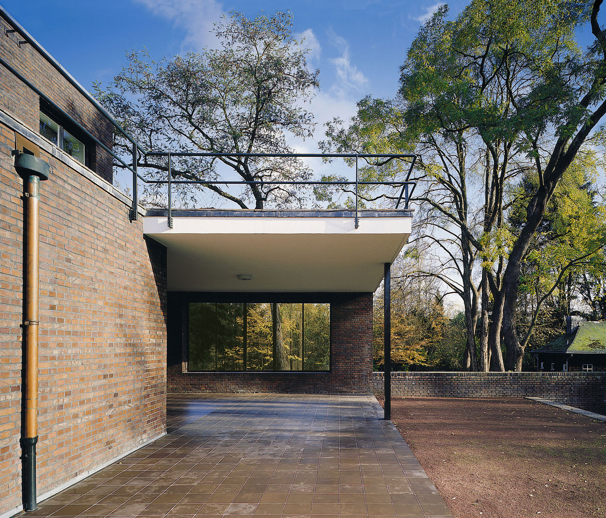 Haus Ester, Gartenseite mit Terrassenbereich. Süden. Foto: Volker Döhne.