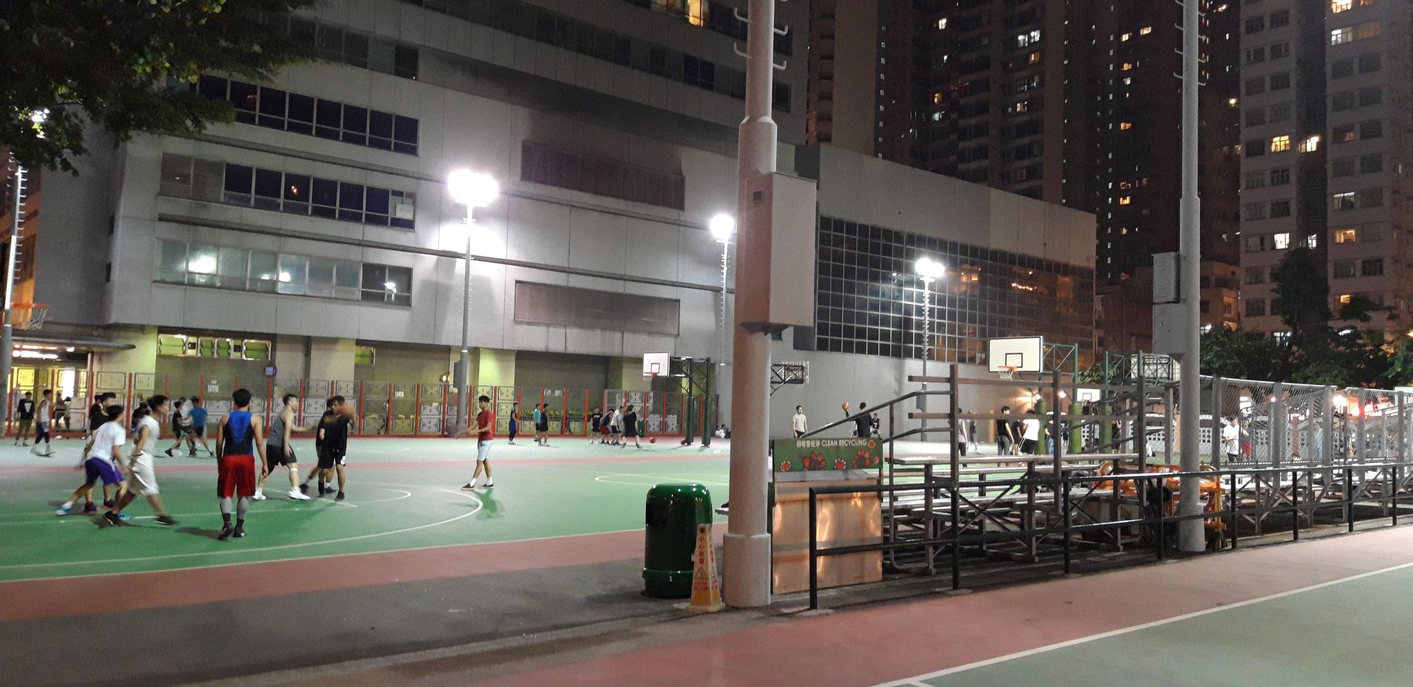 Sportplatz inmitten von Wan Chais Towern