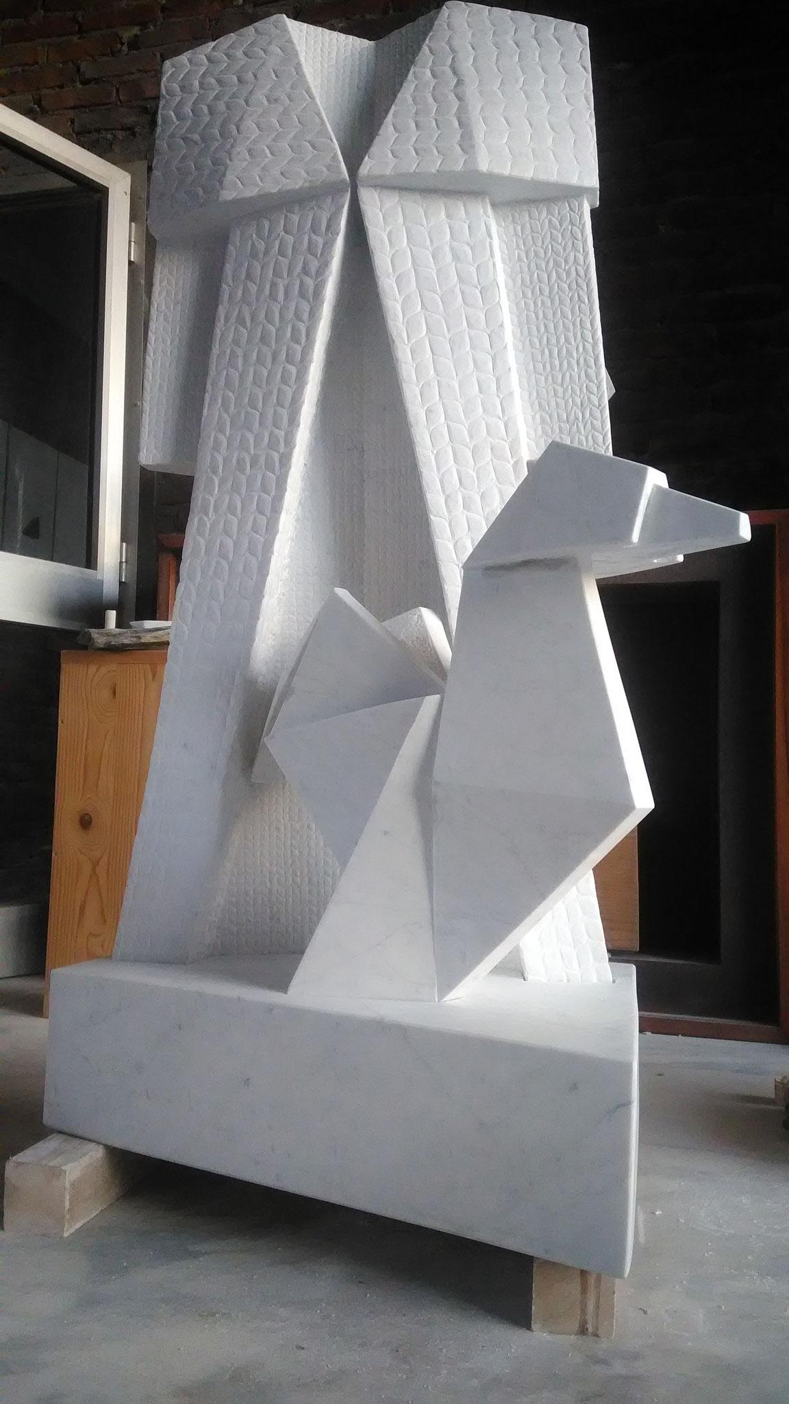 vestito con gallo, marmo bianco Carrara