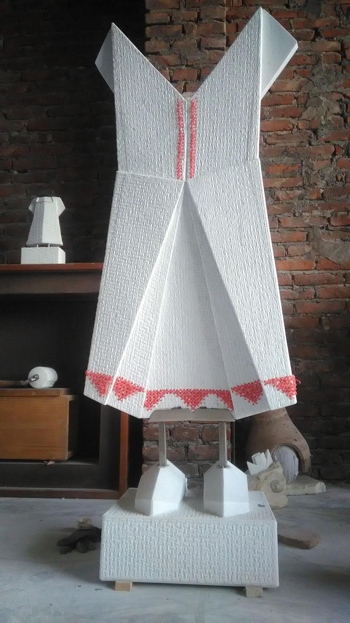vestito origami con scarpe, marmo bianco Carrara