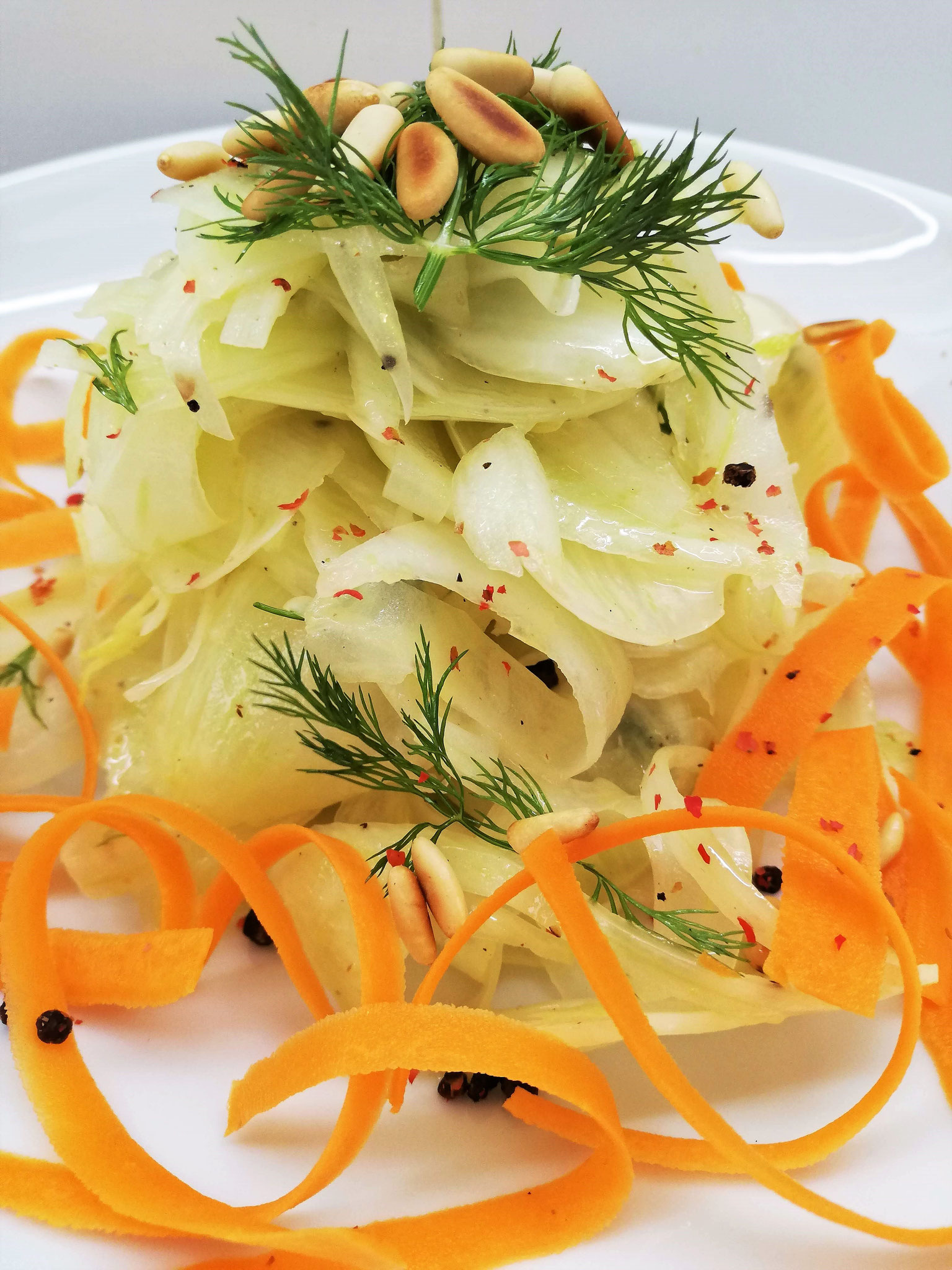Fenouil mariné à l'ail, tagliatelles de carotte & pignons de pin