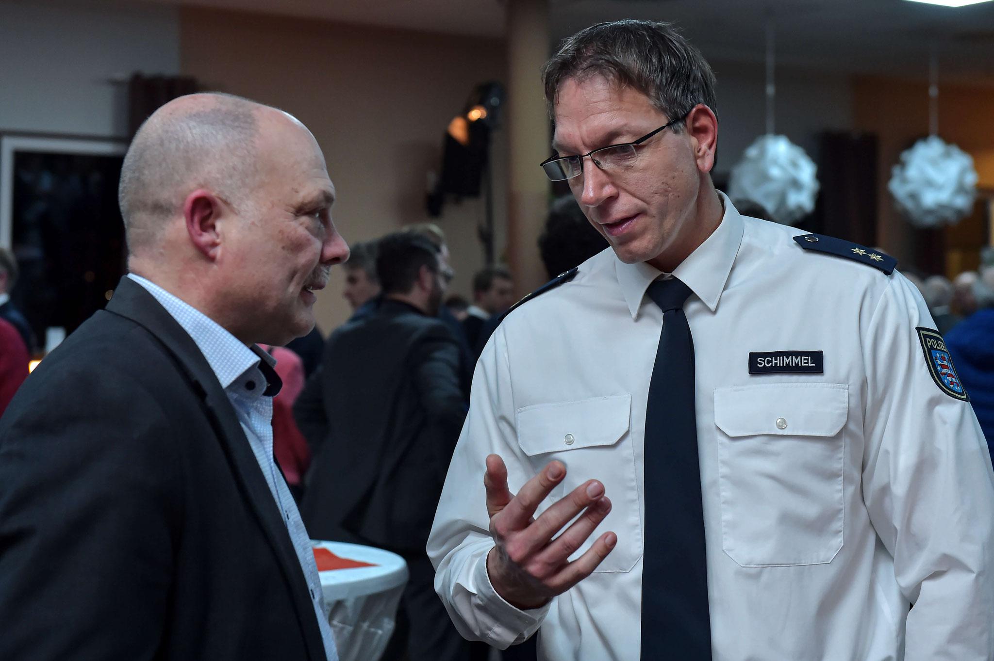 Polizeioberrat Rico Schimmel (rechts) im Gespräch