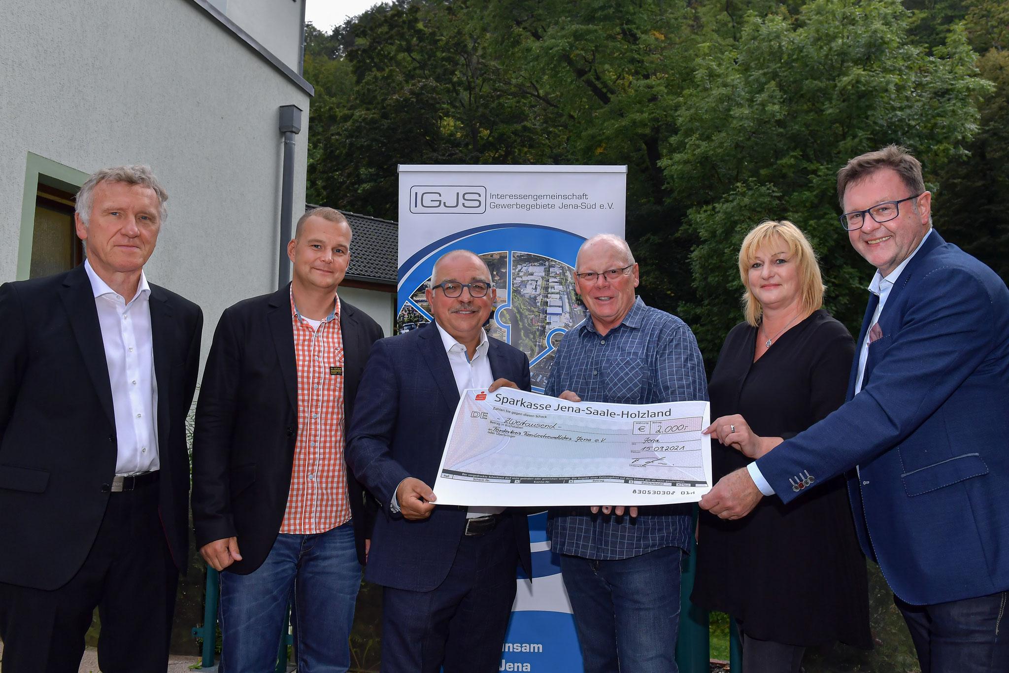 Der Vorstand der IGJS übergibt den Spenden Scheck