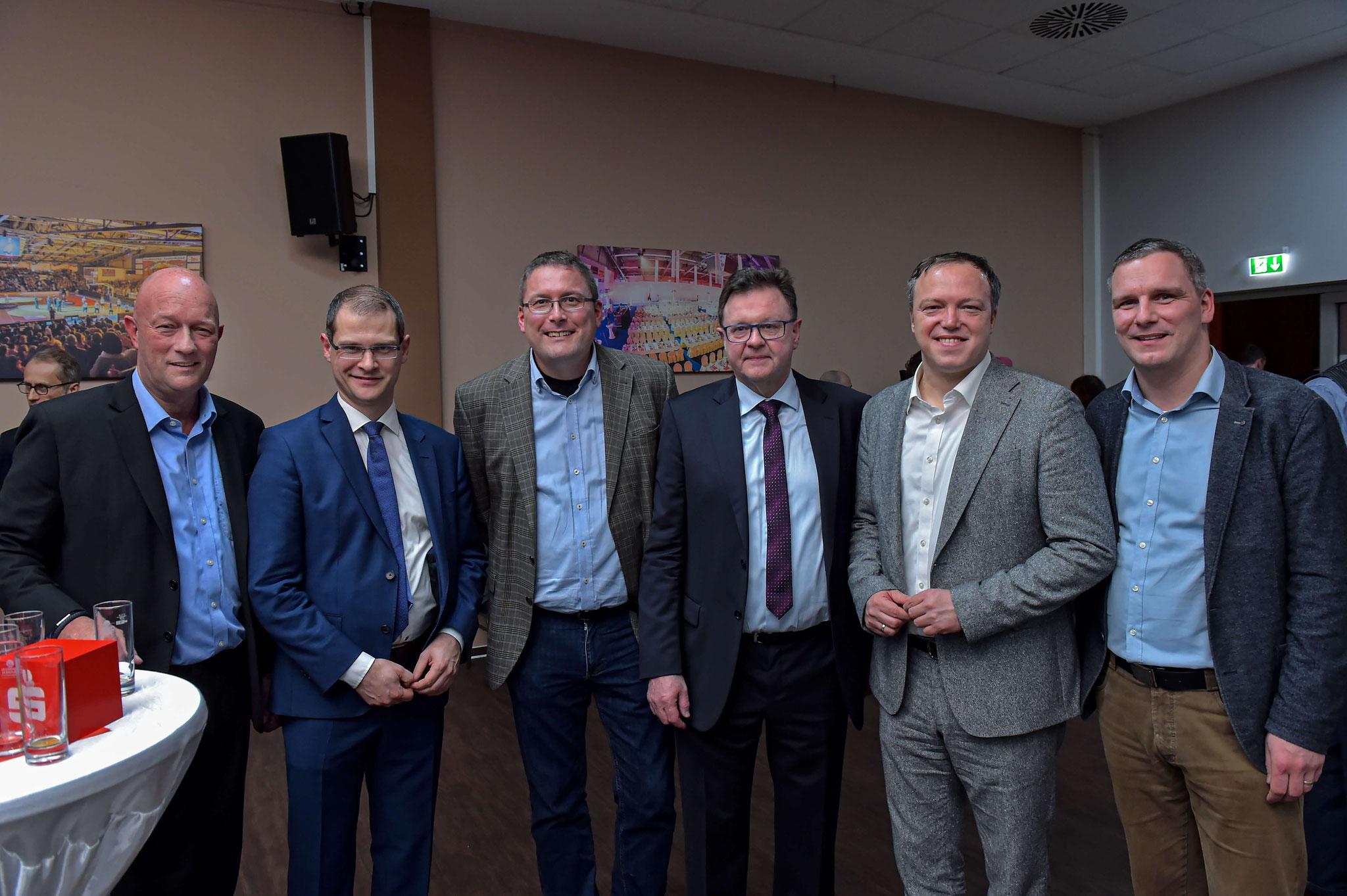 Frank Heuer (Mitte) mit Vertretern der Politik
