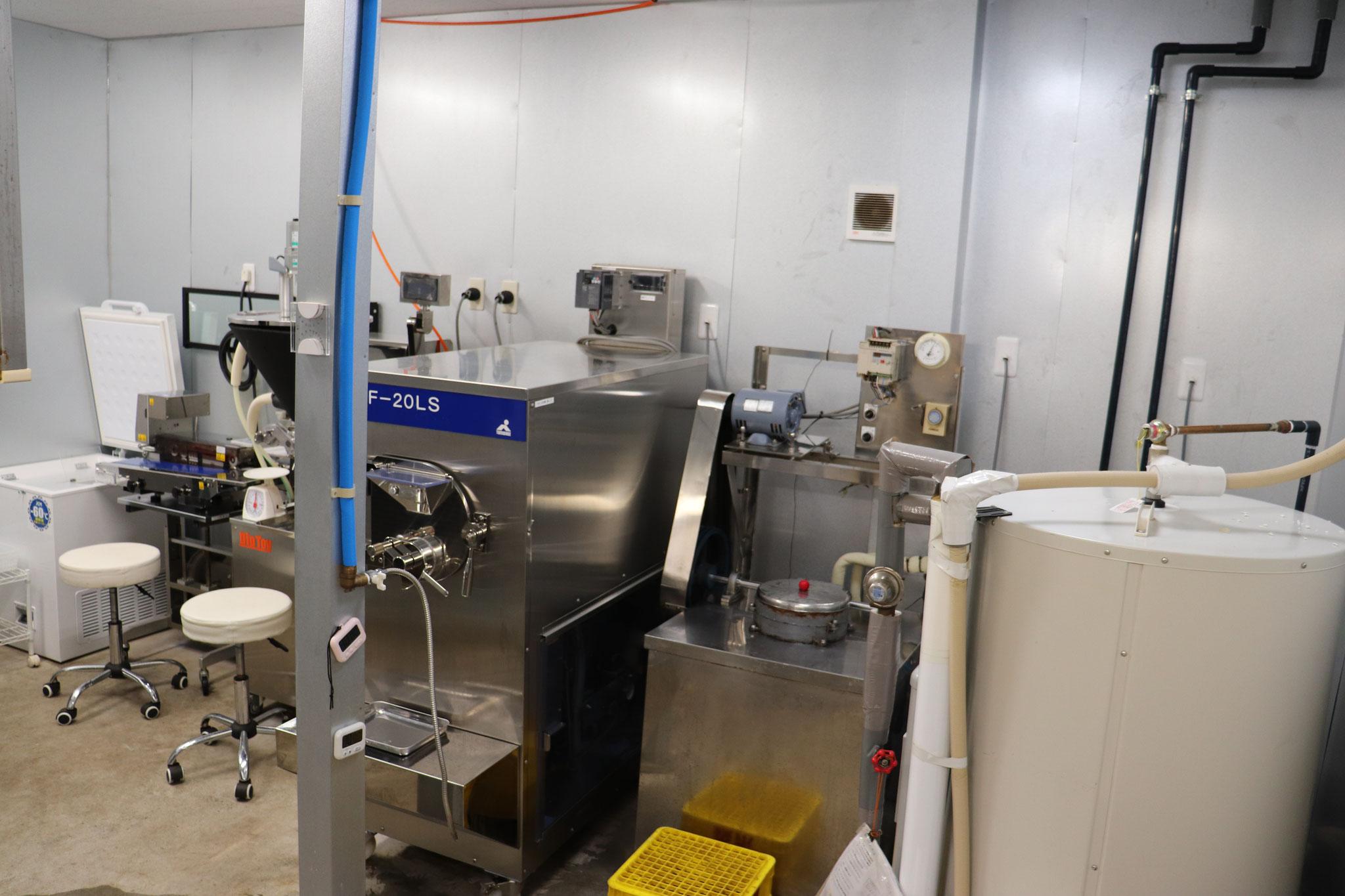 80℃ボイラーと70年近く活躍を続けているアイスクリームフリーザーです。