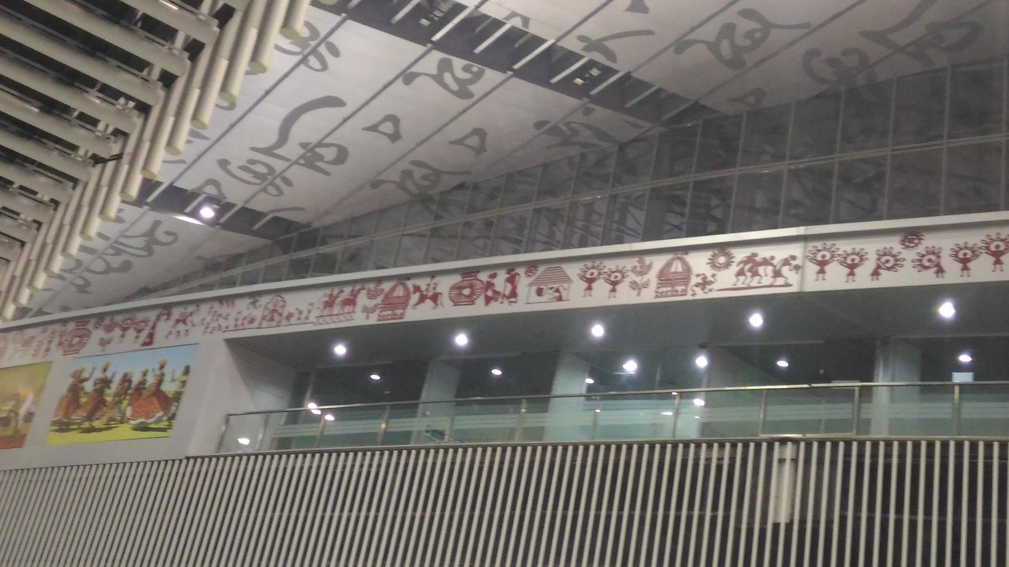 コルカタの空港の壁面を飾るwarli oainting
