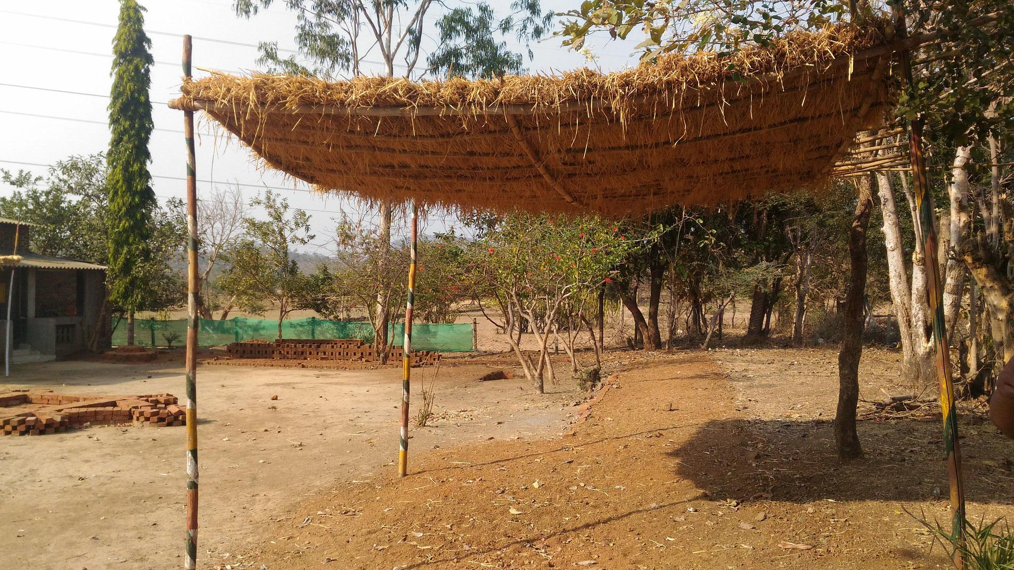先月ワークショップをした時の跡。テントの代わりに藁で作った日よけのルーフ。