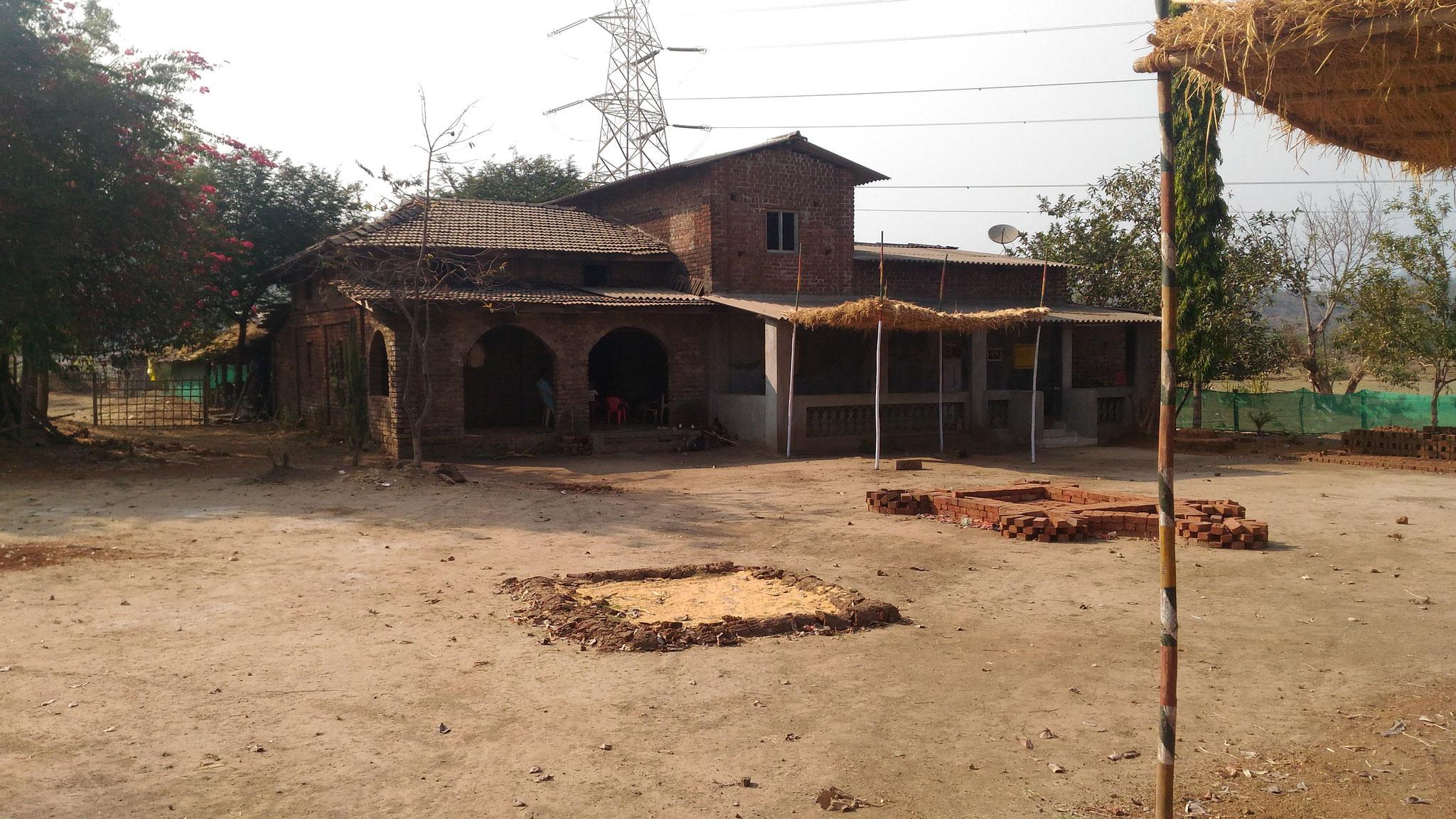 Mr. Rameshの家兼アトリエ。まだ建設途中だ。