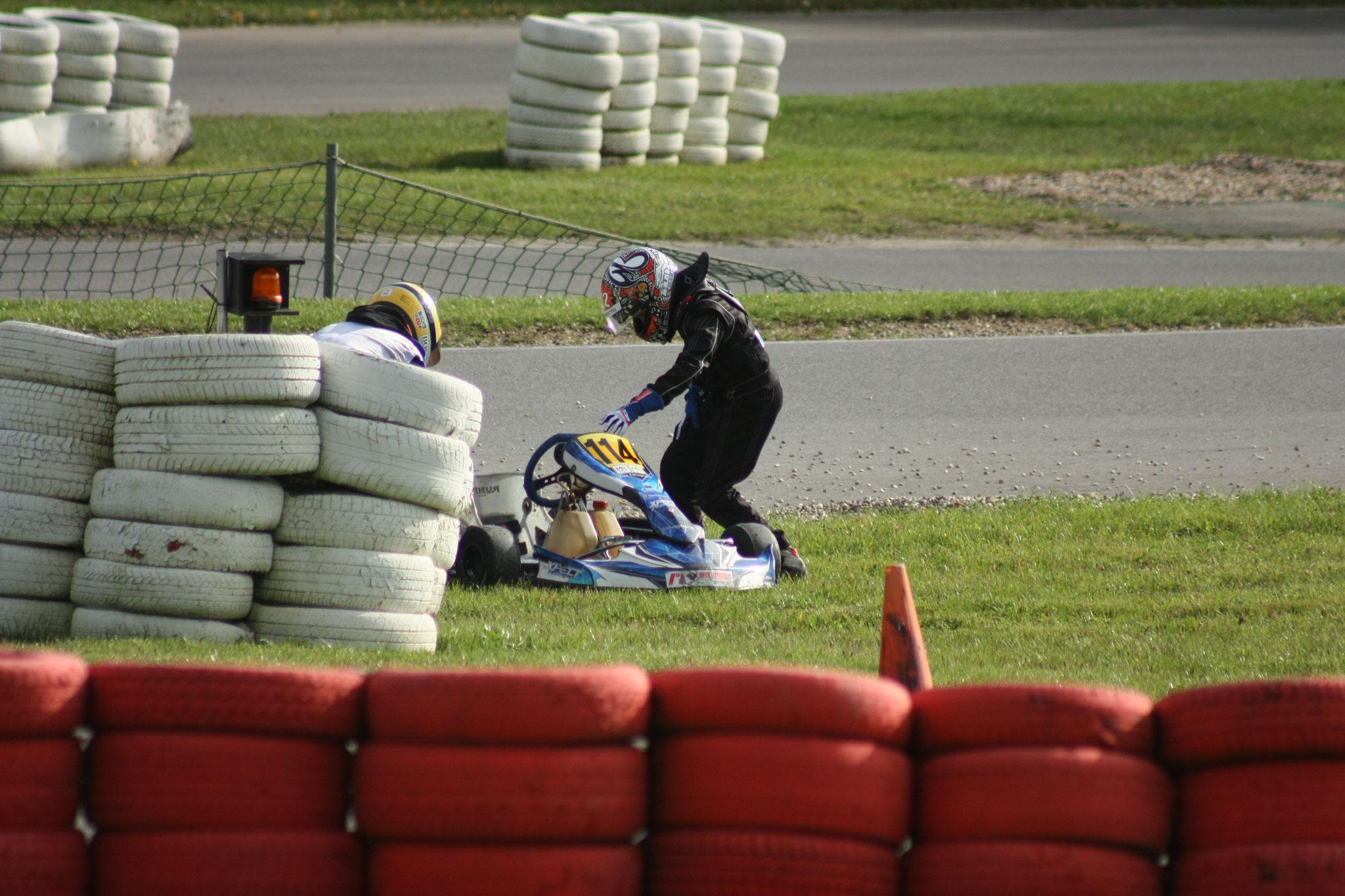 Echter andere Mika schoot te hulp, parkeerde zijn kart in het gras en helpt samen met Mika om de kart weer op de baan te krijgen en dat lukt.