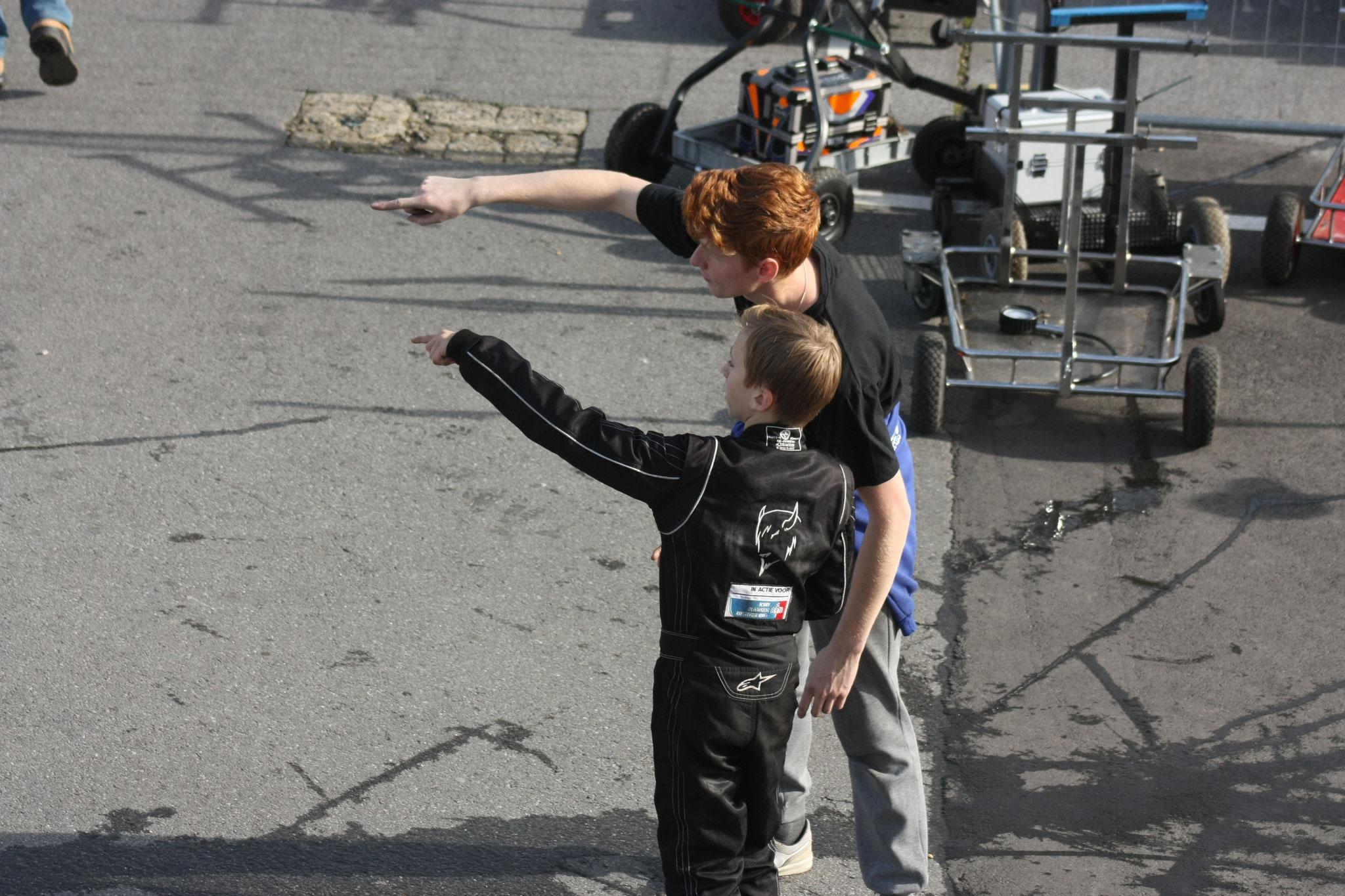 Simon geeft nog wat tips bij de chicane, hoe moet je de curbs nemen.