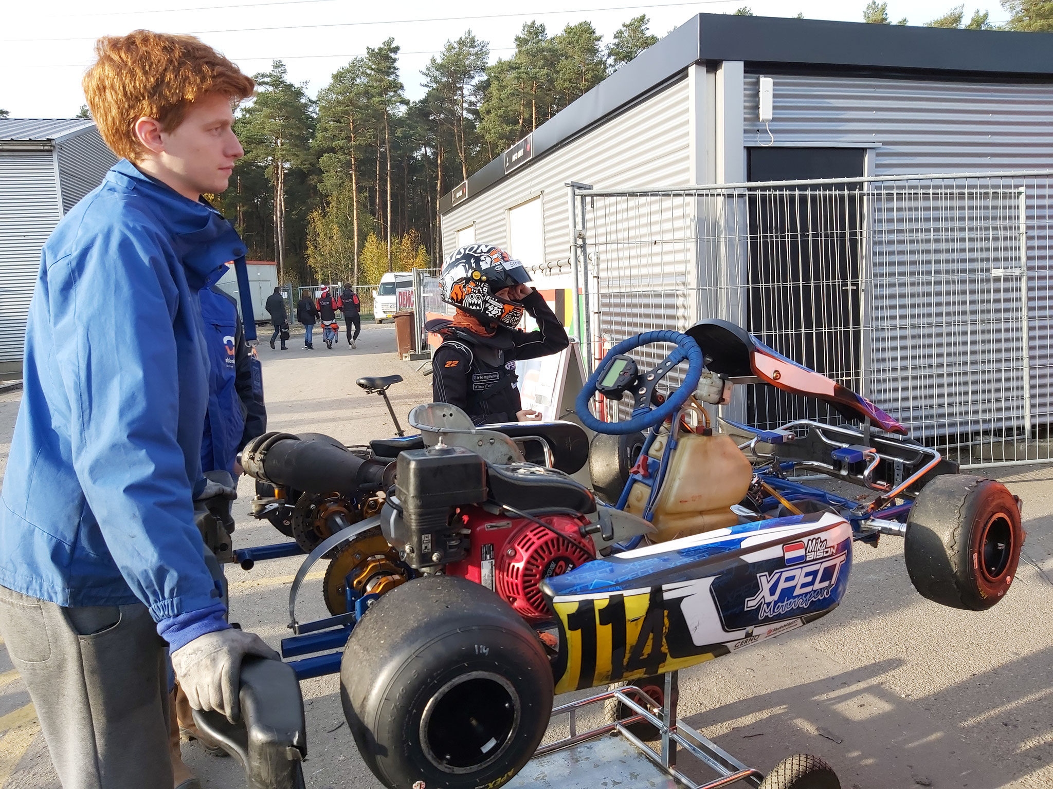 Richting de paddock met monteur Simon.