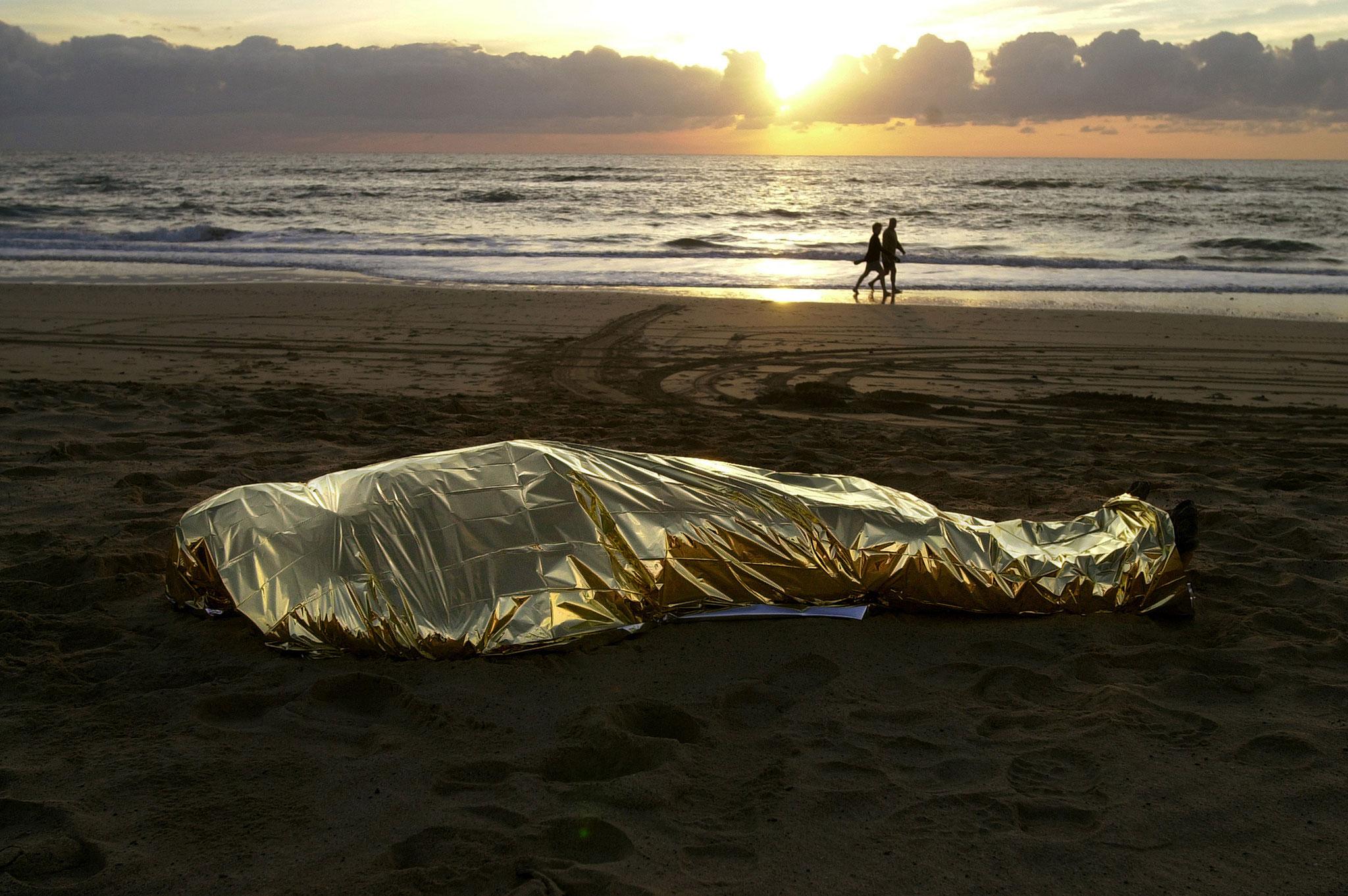 El cuerpo de uno de los inmigrantes ahogados yace en la playa de El Matorral. Fuerteventura (2003). Juan Medina/Reuters