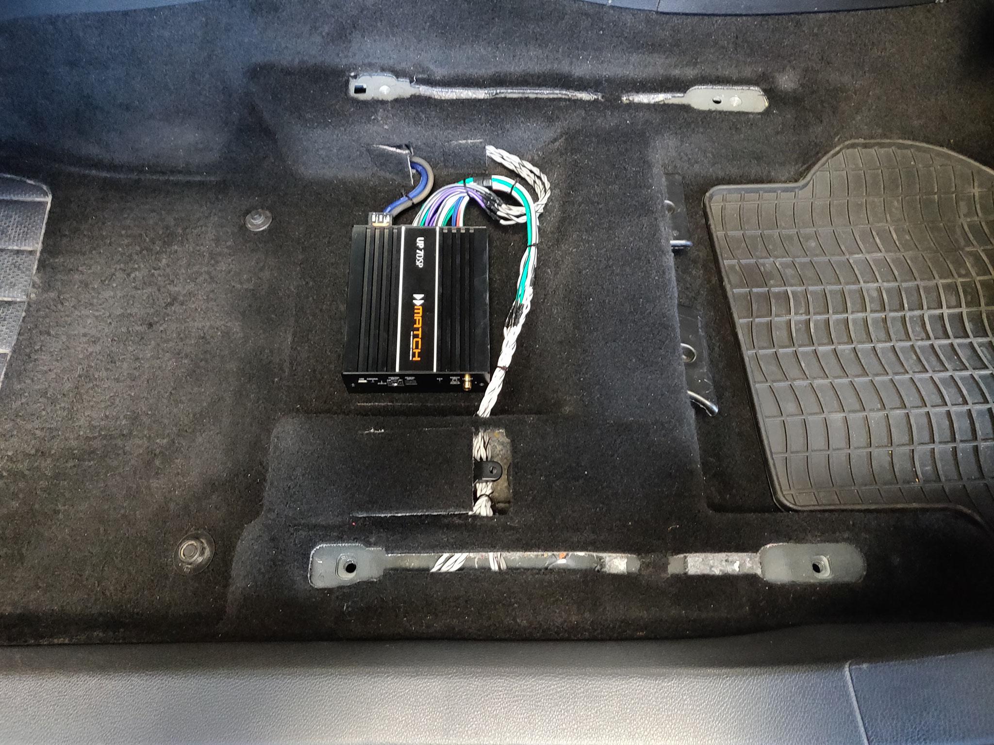VW Golf 6 - DSP-Verstärker unter Fahrersitz
